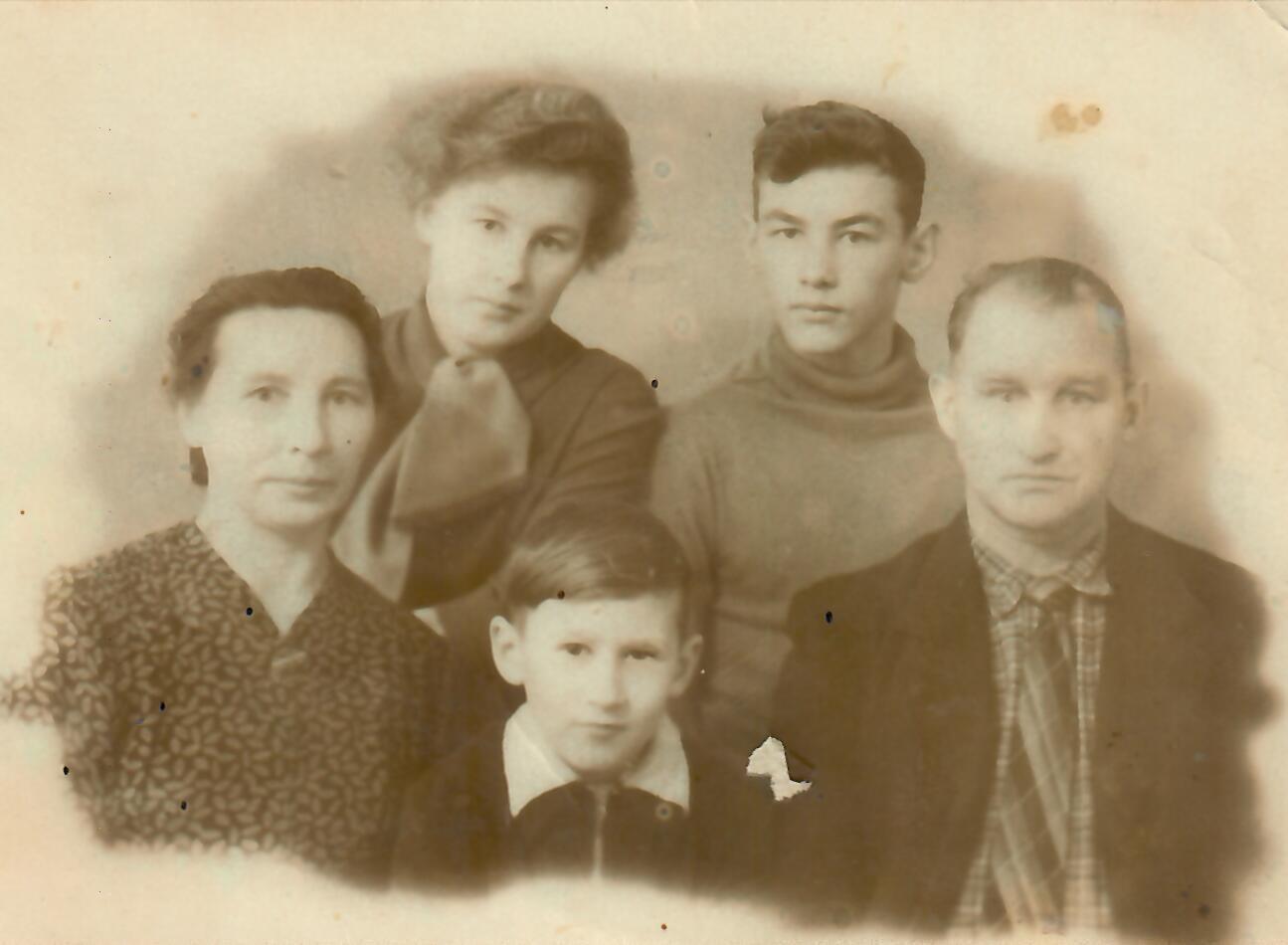 """Į Sibirą per sovietų operaciją """"Osen"""" 1951 metais ištremtų Kėdainių rajone gyvenusių Kvedžių šeima: tėvai Marijonas ir Emilija su vyriausiąja dukterimi Genovaite, viduriniuoju sūnumi Antanu bei jaunėliu Viduku. Asmeninio archyvo nuotr."""