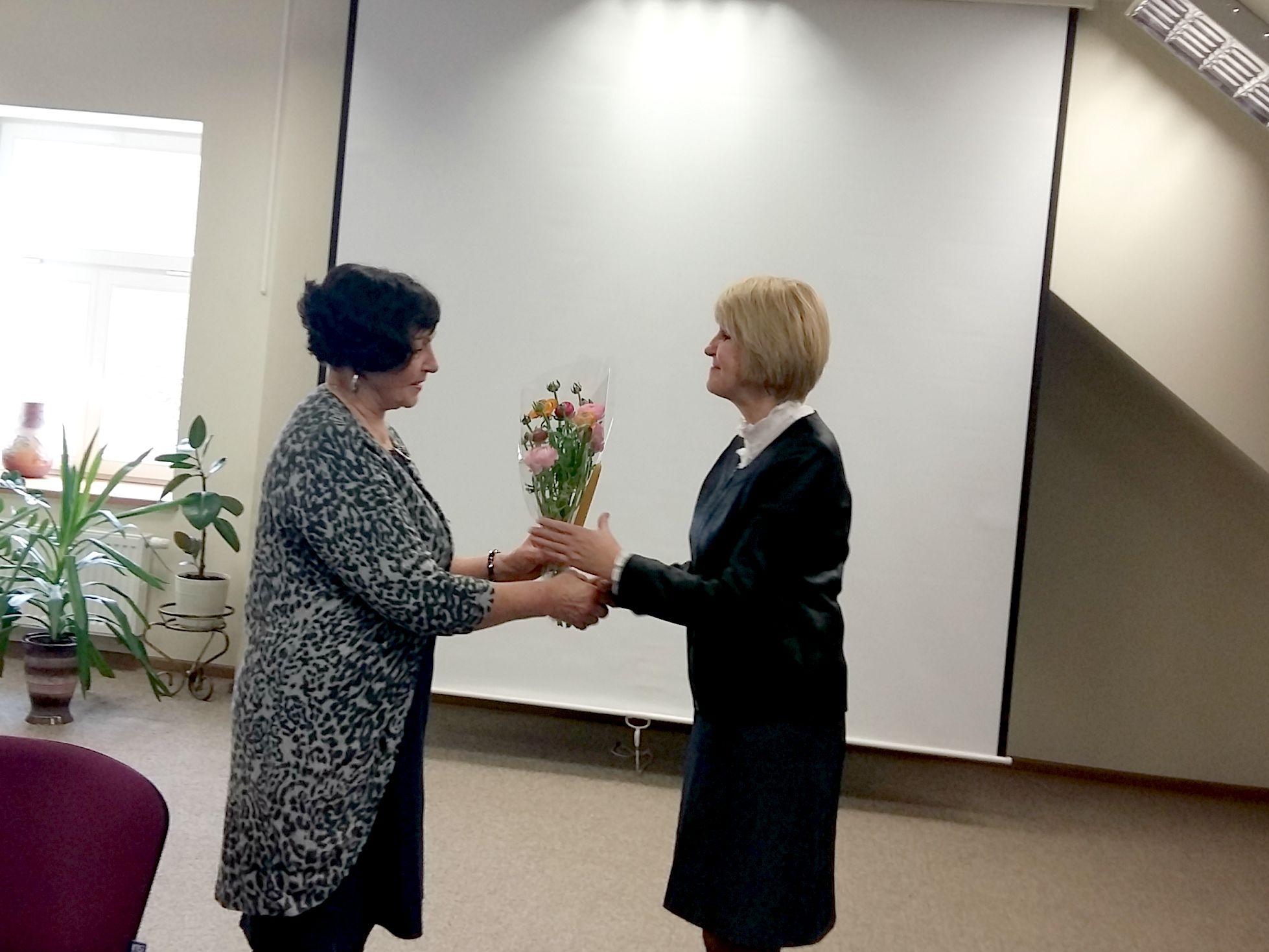 Dalia Poškienei nuskambėjo nuoširdus kraštiečių sveikinimas gimtadienio proga. M. Daukšos viešosios bibliotekos vadovė Virginija Grigorjevienė (dešinėje) viešniai įteikė gėlių. A. Balčiūnienės nuotr.