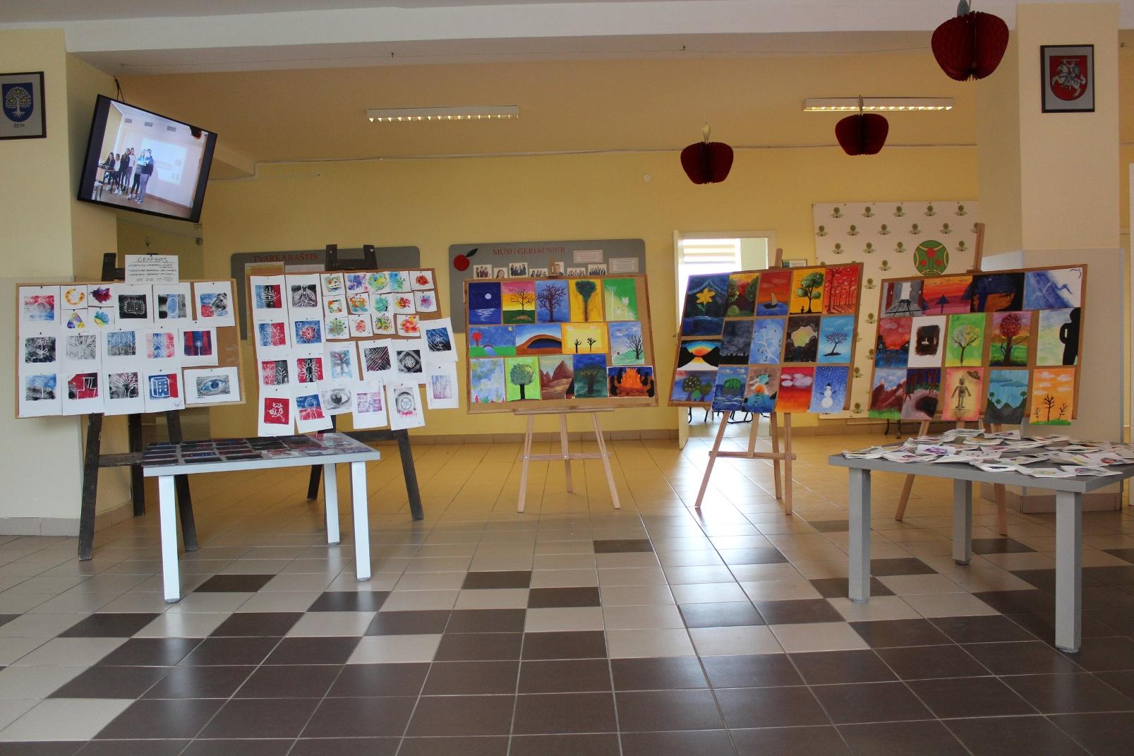 Projekto dalyvių darbų paroda gimnazijos fojė. / E. Nagevičienės nuotr.