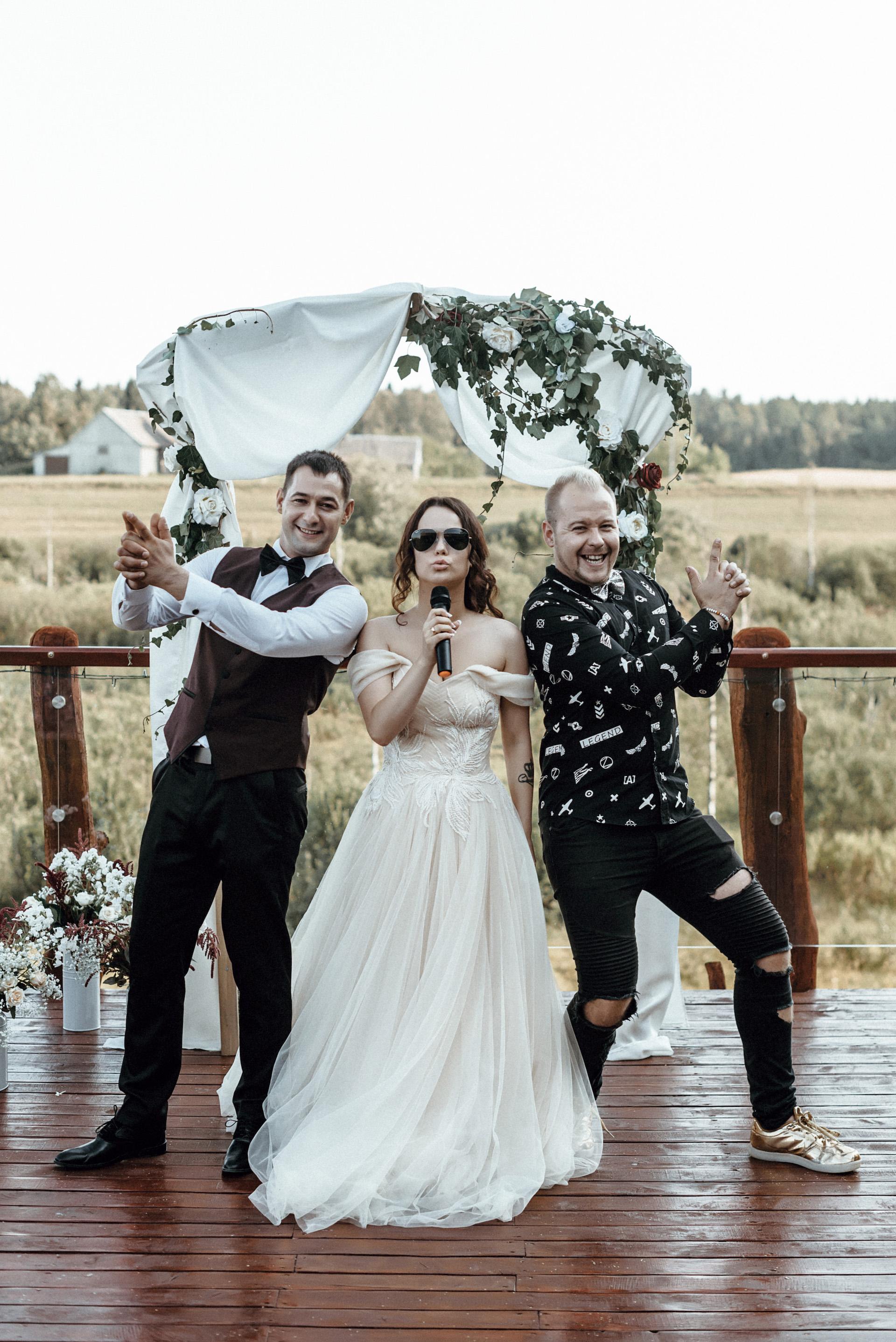 Svarbiausią gyvenimo dieną patiki ne bet kam: šią vasarą A. Lysenka (dešinėje) vedė jaunavedžių klaipėdiečių Renatos ir Arnoldo Raugų vestuves. Karolio Butos nuotr.