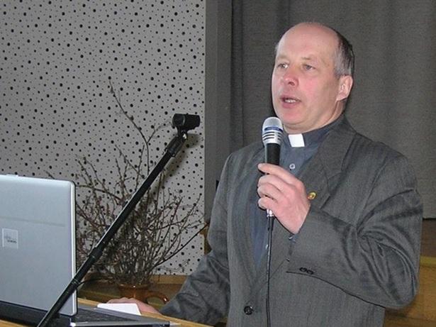 """""""Bažnyčios įsakymas skelbia, kad katalikas bent kartą metuose, prieš Velykas prieitų prie išpažinties ir Šv. Komunijos. O Šv. Komunija mūsų išganymui yra privaloma ir būtina"""", – teigia kunigas R. Skrinskas."""
