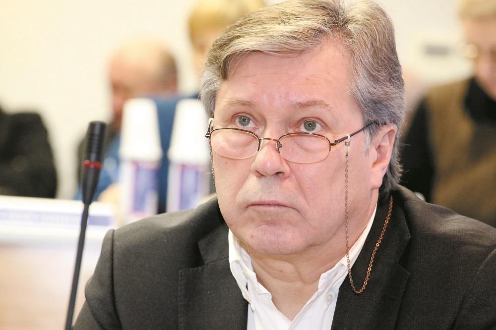 """Saulius Grinkevičius rajono tarybos posėdyje nesugebėjo konkrečiai suformuluoti savo pasiūlymo ir permetė šį darbą atlikti bei kitam posėdžiui pateikti savivaldybės administracijai. / """"Rinkos aikštės"""" nuotr."""