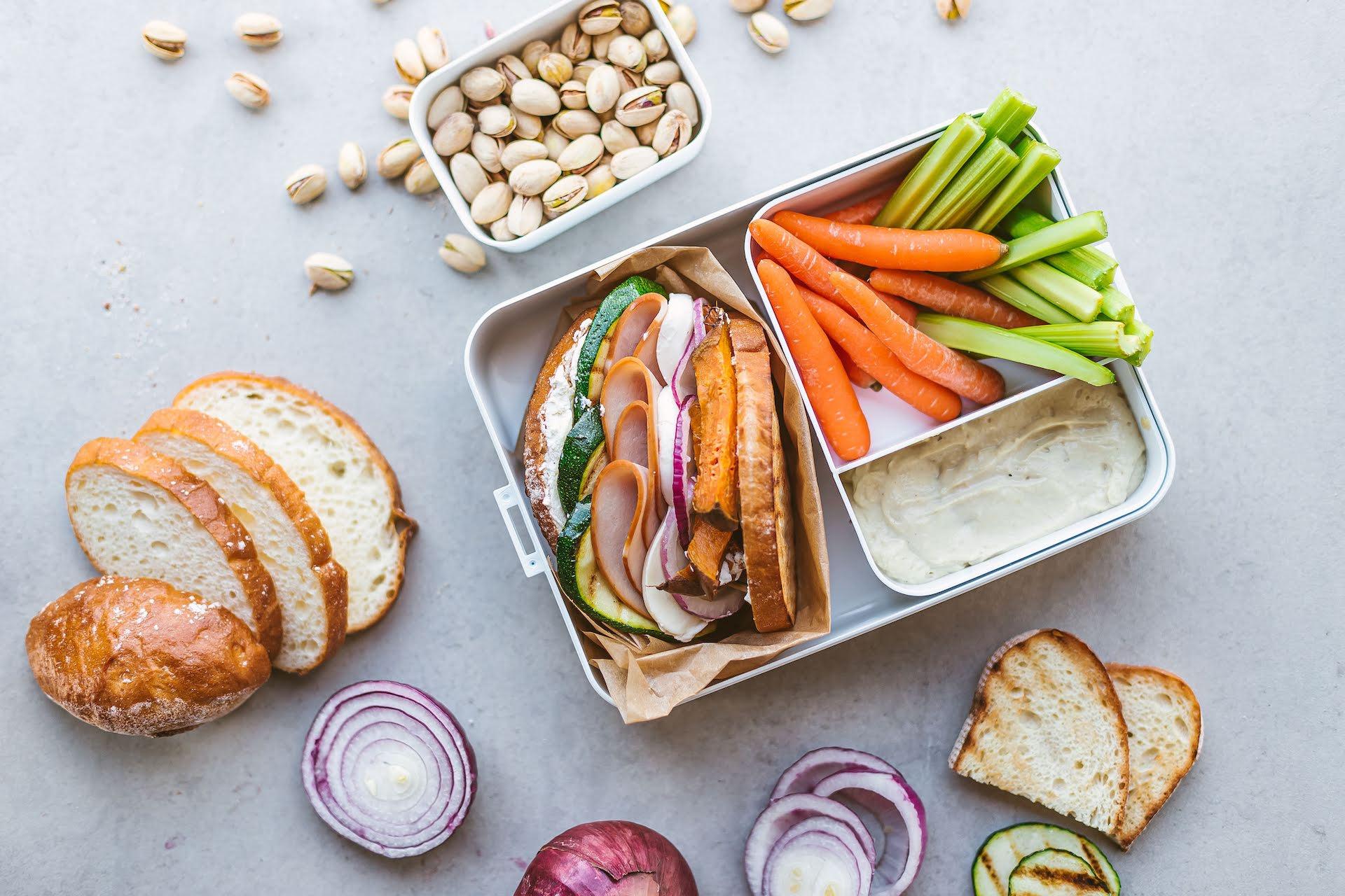 Skrudintos duonos sumuštinis, kai nėra laiko pietums.