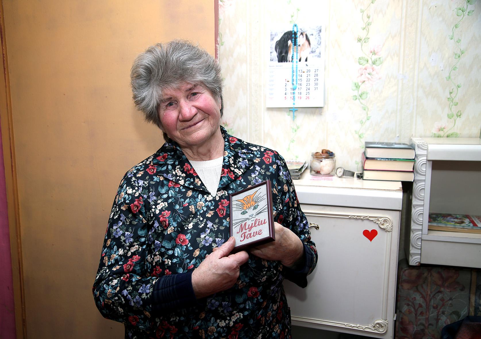 """1983 metais į Beinaičius atvykusios Vaclovos Dirsienės gyvenime aktyvumo netrūksta. Laisvalaikiu moteris mėgsta siūti, piešti, eilėraščius kurti. / Algimanto Barzdžiaus/ """"Rinkos aikštės"""" archyvo nuotr."""