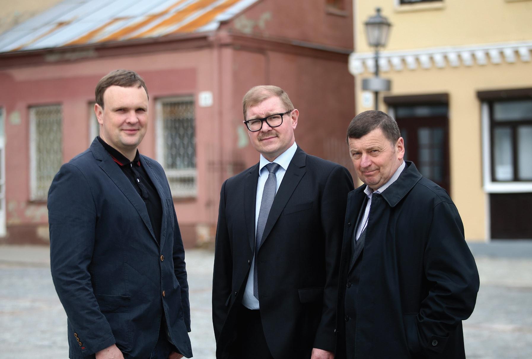 Valentinas Tamulis visuomet turi apie ką pasikalbėti su mieste sutiktais kolegomis iš visuomeninio judėjimo – gydytoju Alfredu Hofmanu (kairėje) ir ekonomistu Arūnu Kacevičiumi (centre). Algimanto Barzdžiaus nuotr.