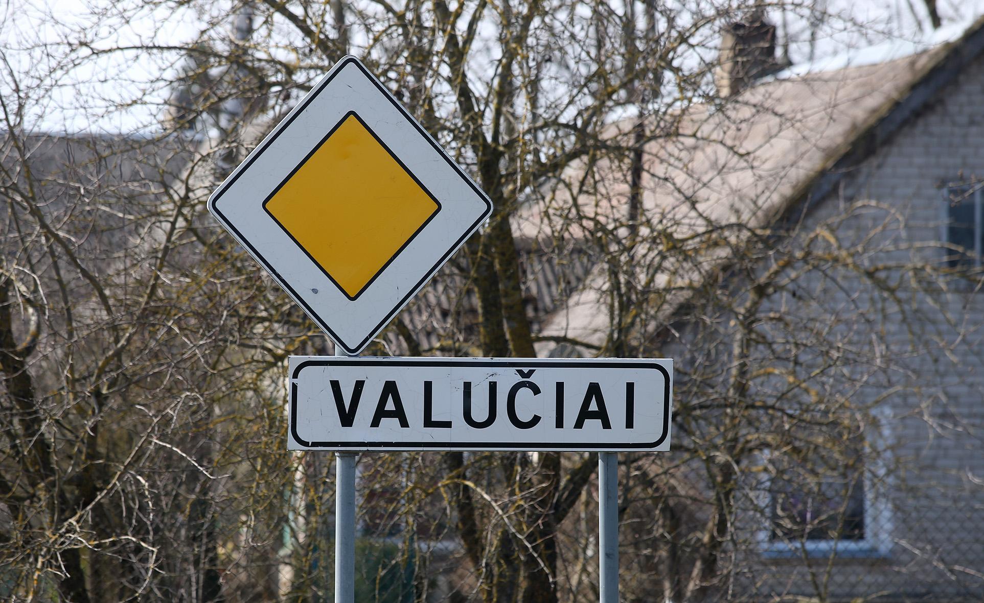 Sąlyginai ne tokie seni kai kurie gyvenamųjų vietų pavadinimai gali būti asmenvardinės kilmės. Tai primena daugmaž XVI a. antrosios pusės–XVIII a. pirmosios pusės kai kurie Dotnuvos regiono vietovardžiai, pavyzdžiui, Valučiai.