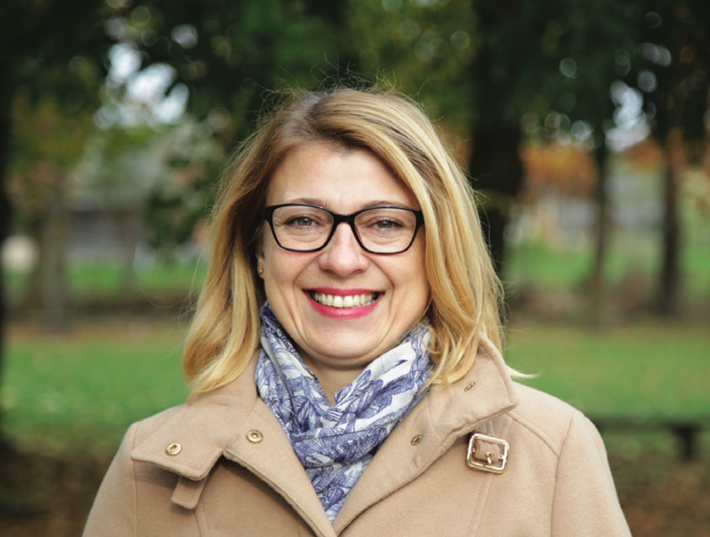 """Kunionių bendruomenės pirmininkė Vilma Fedosiukienė sako, kad jau ir Lietuvoje žaibiškai pradėjęs plisti koronavirusas netrukdo bendrauti su kaimo gyventojais. / Algimanto Barzdžiaus / """"Rinkos aikštės"""" archyvo nuotr."""