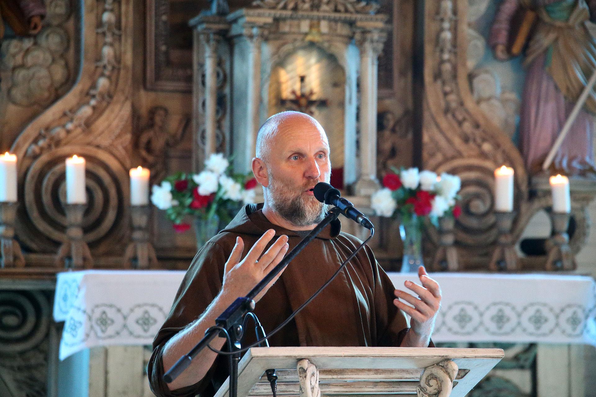 Paskutinis Tėvo Stanislovo mokinys, vienuolis Vincentas Tamošauskas teigia suprantantis, kad kelias bus sunkus, bet jis tiki, kad jo mokytojas bus paskelbtas šventuoju. / A. Barzdžiaus nuotr.