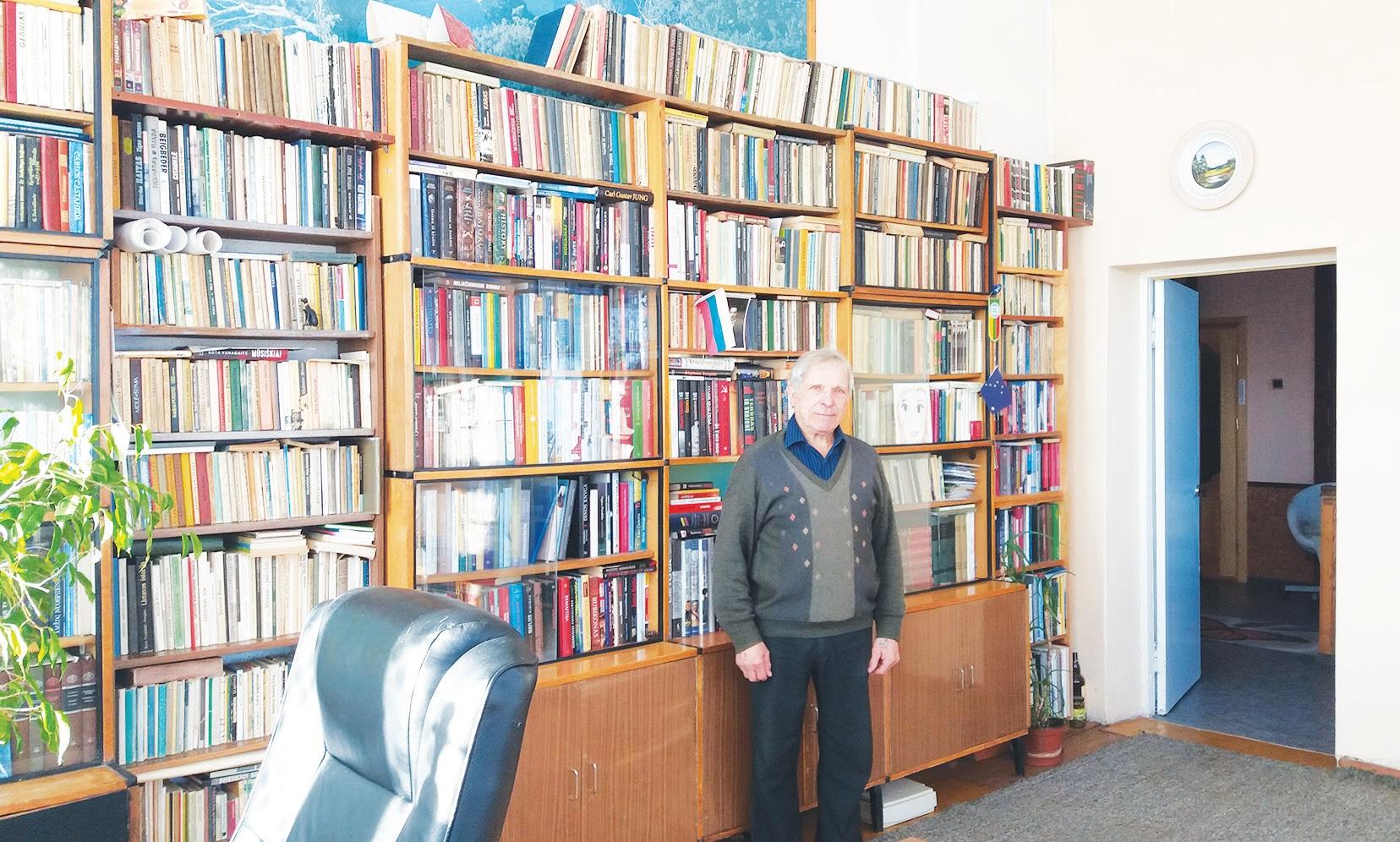 Vytenio Karanausko bibliotekoje tūkstančiai knygų – dideliame kambaryje aukštomis lubomis jų čia tiek, kad Vytenis įsitikinęs neperskaitysiąs per visą savo likusį gyvenimą. Asmeninio archyvo nuotr.