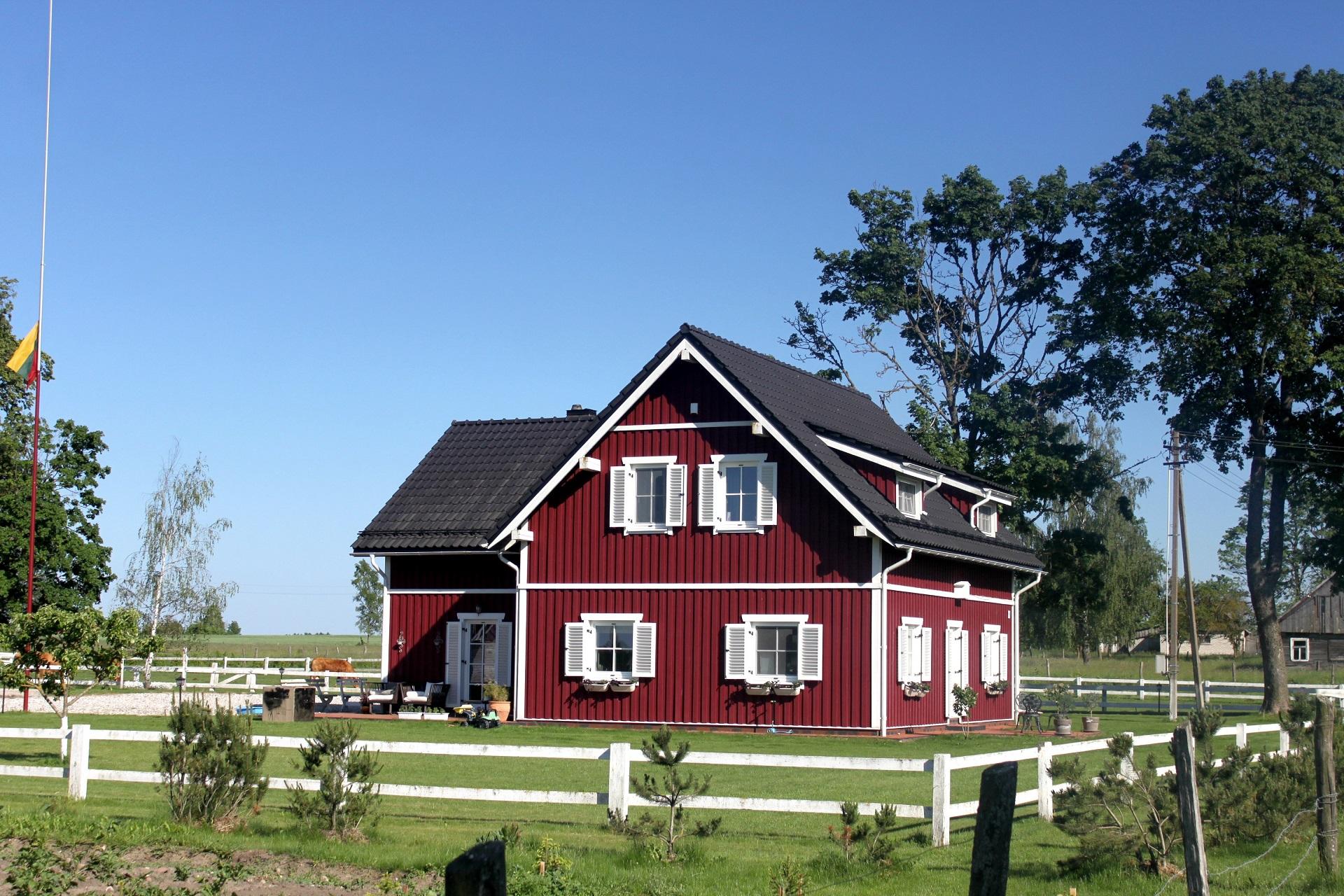 Donato Vaitelio ūkį galima vadinti tikra kaimelio puošmena, kurios nepastebėti tiesiog neįmanoma – tiek dailus gyvenamasis namas, tiek ūkiniai pastatai nudažyti ta pačia spalva bei dekoruoti vienodais elementais. V. Petrilevičienės nuotr.