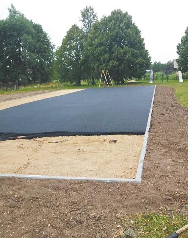 Sekmadienį buvo išlietas asfaltas, o šiomis dienomis tikimąsi sudėti paskutinius štrichus – pastatyti ir sumontuoti visą sportui ir poilsiu skirtą inventorių. Vilmos Fedosiukienės nuotr.