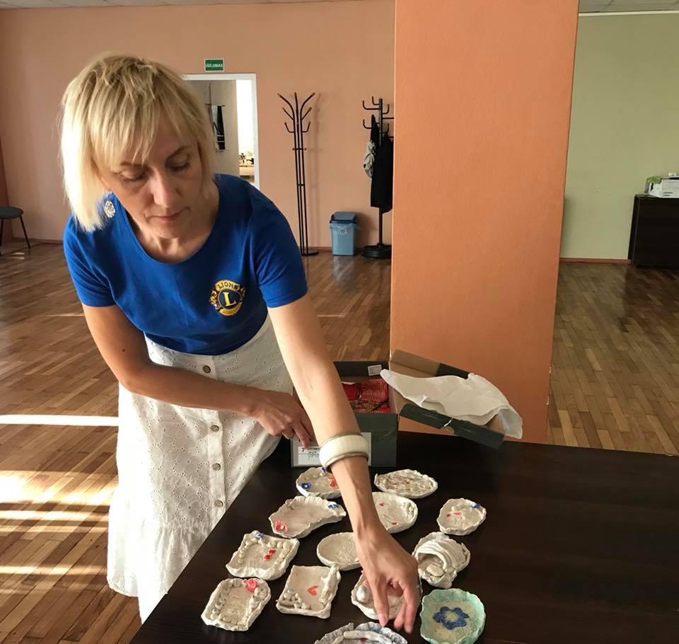 Keramikė Jurgita Grigarienė į projekto uždarymo ceremoniją vaikams atvežė jų pačių pagamintus dirbinius. Kėdainių moterų LIONS klubo nuotr.