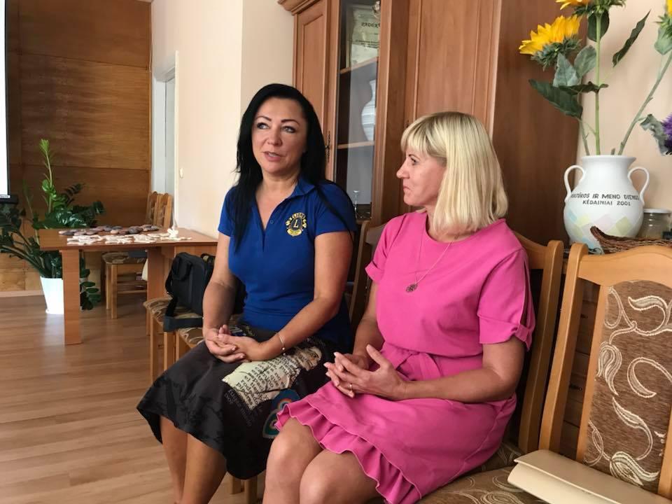 Projekto vadovė Rasida Adomavičienė (kairėje) aptarė projektą su Šėtos seniūne Danute Mykolaitiene. Kėdainių moterų LIONS klubo nuotr.