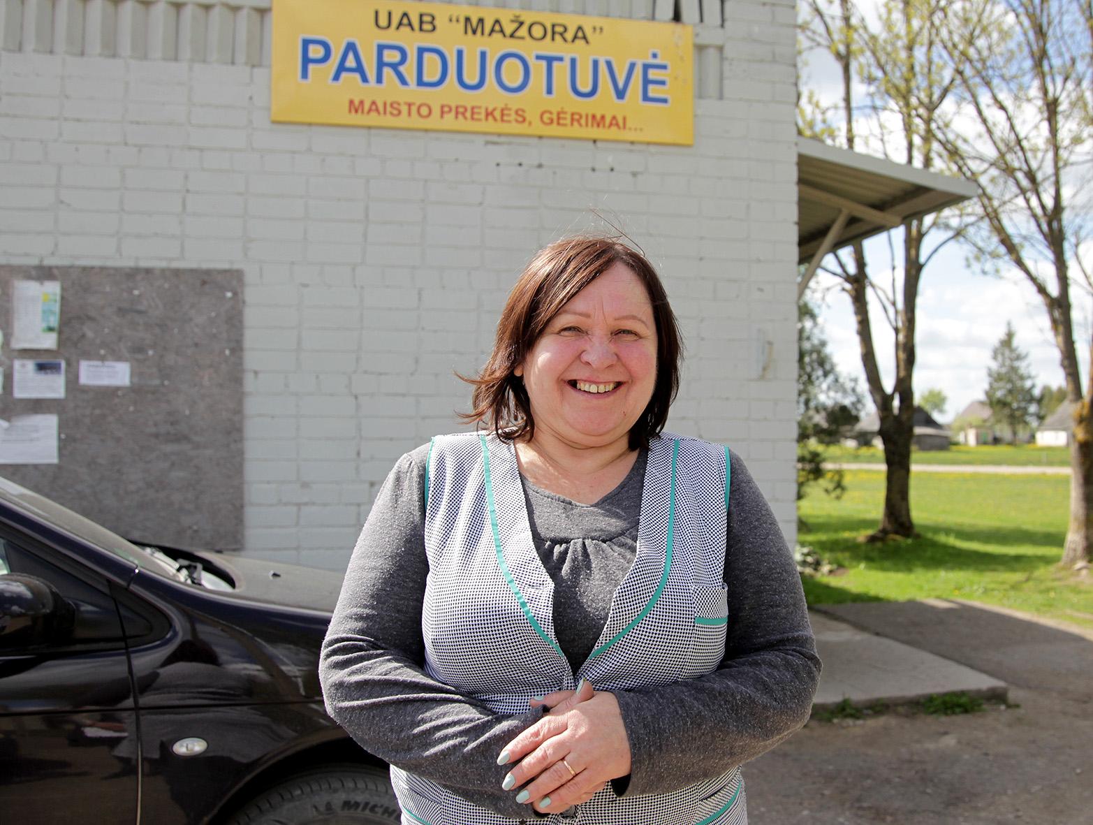 Vietinės Anciškio parduotuvėlės savininkė Dovilė į kaimelį prieš 32 metus atsikėlė iš Ukmergės. A. Barzdžiaus nuotr.