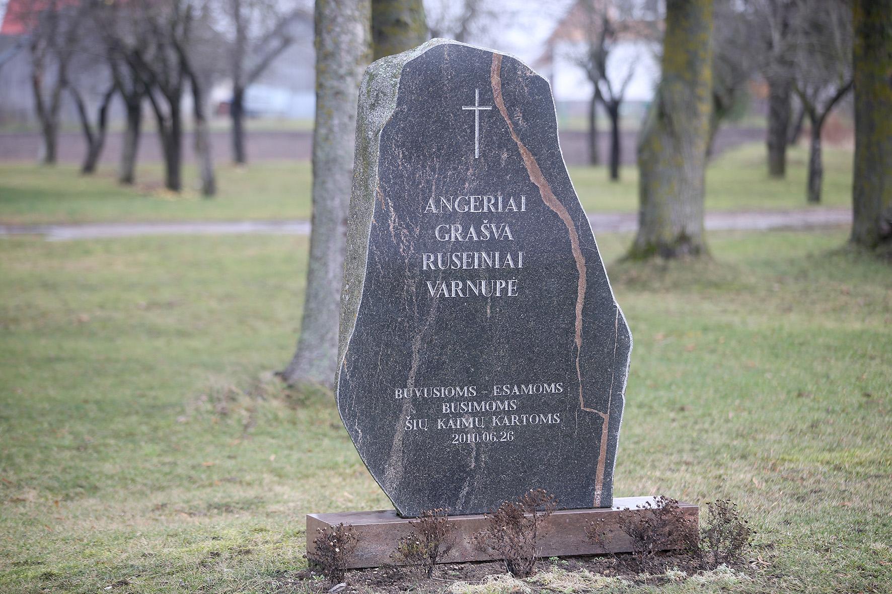 """Paminklinis akmuo Angirių, Grašvos, Ruseinių ir Varnupės kaimų atnaujinimui. / Algimanto Barzdžiaus/ """"Rinkos aikštės"""" archyvo nuotr."""