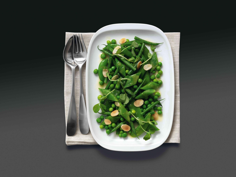 Keptos orkaitėje ankštinių salotos su citrinų sviestu ir migdolais