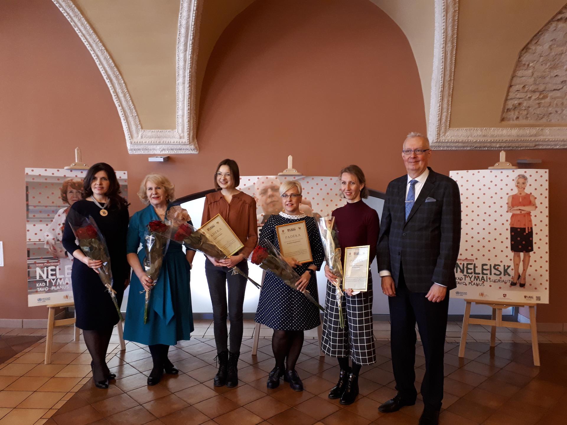 Konkurso laureatės su Lietuvos savivaldybių visuomenės sveikatos biurų asociacijos pirmininke Danguole Avižiuviene (iš kairės), gydytoja Irena Pivoriūniene ir JAV diplomatu Viktoru Sidabru.