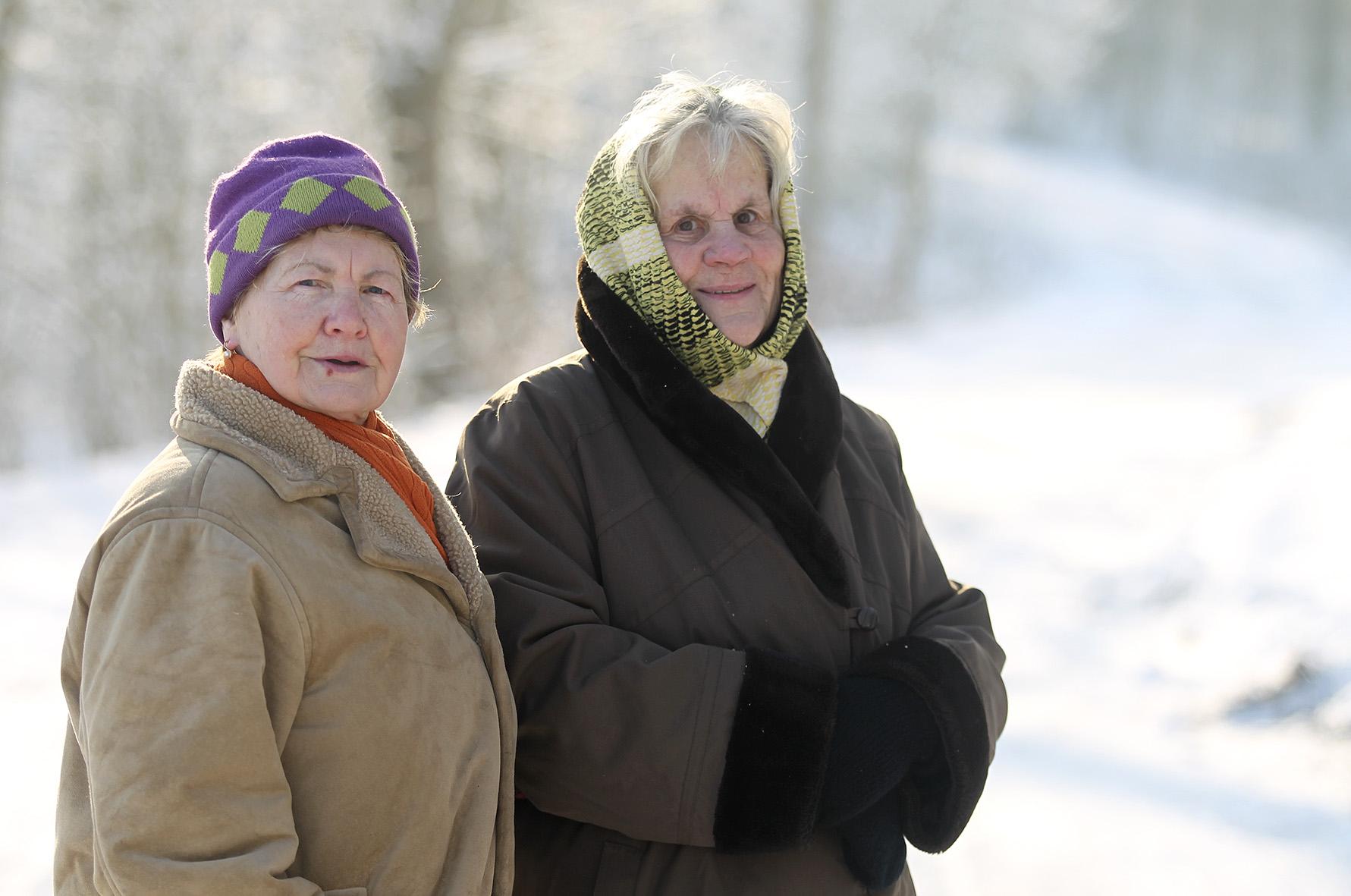 Netrukus sutinkame po kaimą už rankų susikabusias keliaujančias dvi drauges. Tai ponios Eugenija ir Galina. Moterys labai geros, pakilios nuotaikos. A. Barzdžiaus nuotr.