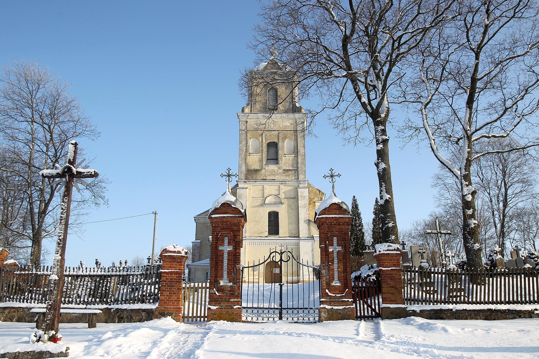 Gražiai svajojant nejučia privažiuojame didingą Apytalaukio Šv. Apaštalų Petro ir Povilo bažnyčią. Šis unikalus baroko statinys, statytas dar 1635 metais. A. Barzdžiaus nuotr.