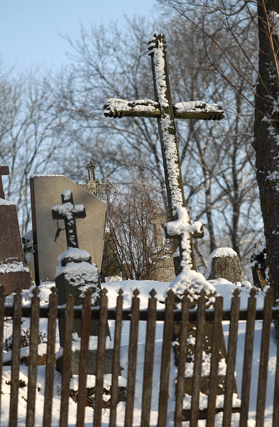Šalia bažnyčios įrengtos parapijos kapinės. A. Barzdžiaus nuotr.