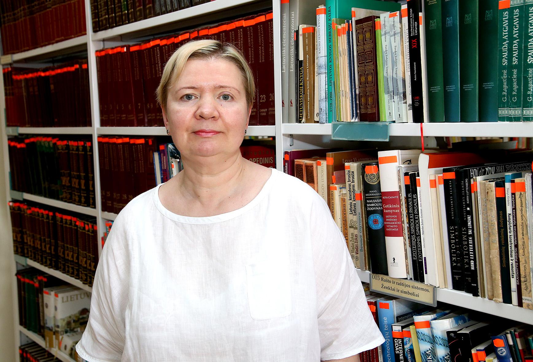 """V. Rakevičė: """"Kadangi esu bibliotekininkė, mane labiausiai domina atvirlaiškiai su knygomis, bibliotekomis. Taip pat traukia ir su džiazu susijusios tematikos atvirukai ar tiesiog įvairiausios meno reprodukcijos juose."""""""