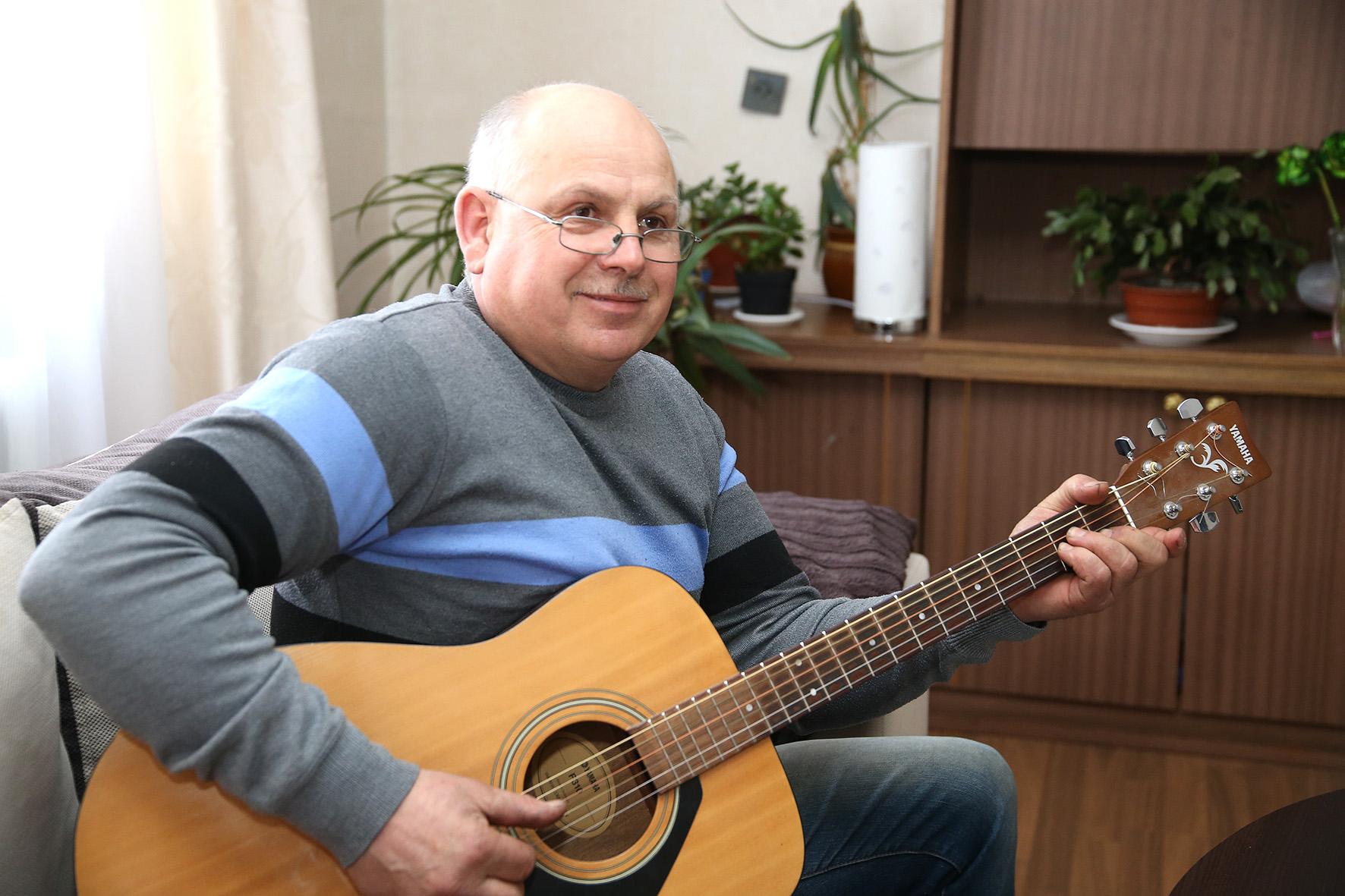 Auksarankis mėgsta groti gitara. Mielai užtraukia dainą šeimos ar draugų rate. Vyriškiui gitara visados po ranka – ji garbingai pastatyta svetainėje. Algimanto Barzdžiaus nuotr.