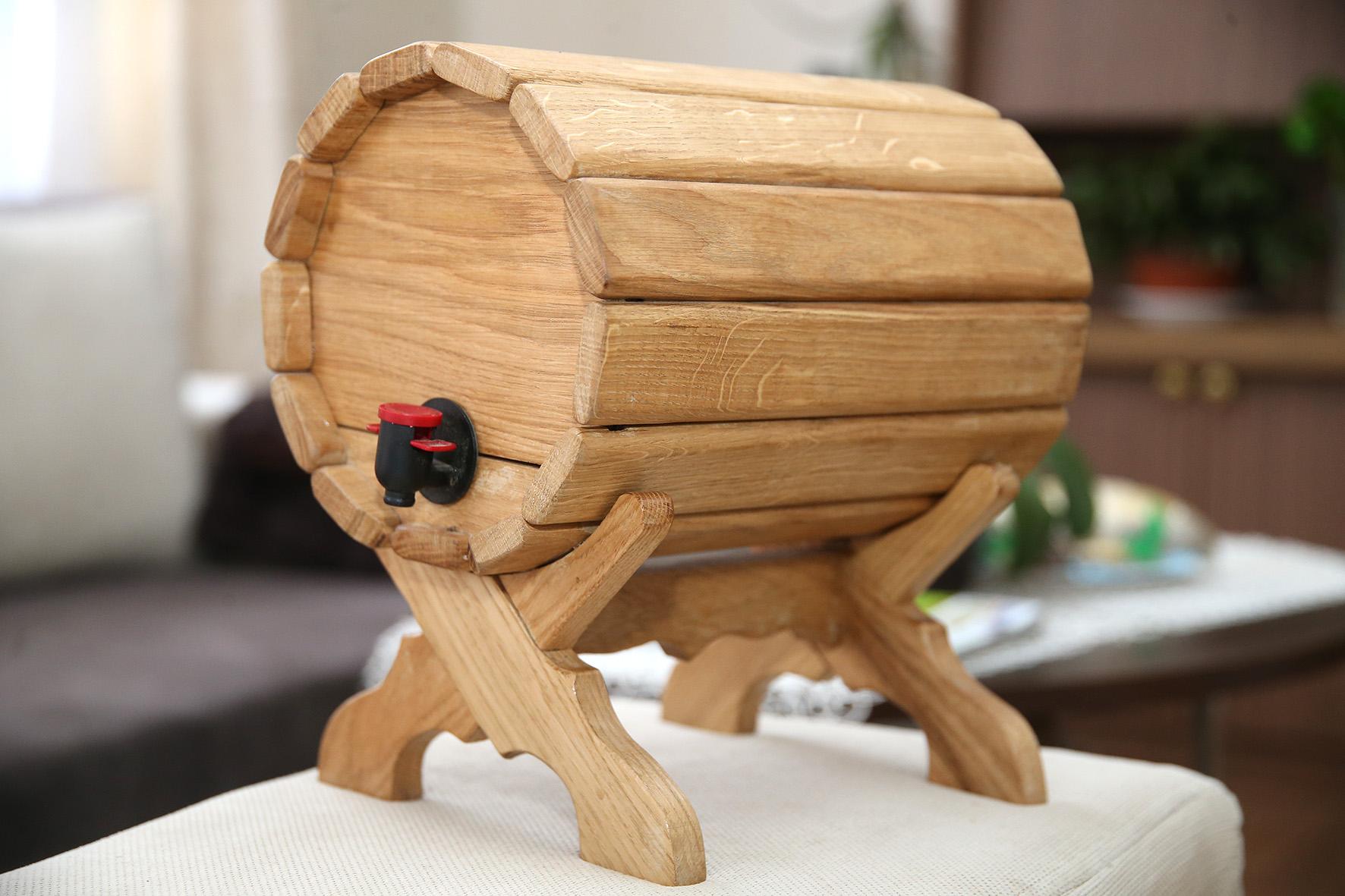 Vyras pripažįsta, jog pagaminti kubiliuką nėra taip lengva, kaip gali atrodyti. Reikia ir geros medienos, ir įrankių, ir kantrybės. A. Barzdžiaus nuotr.