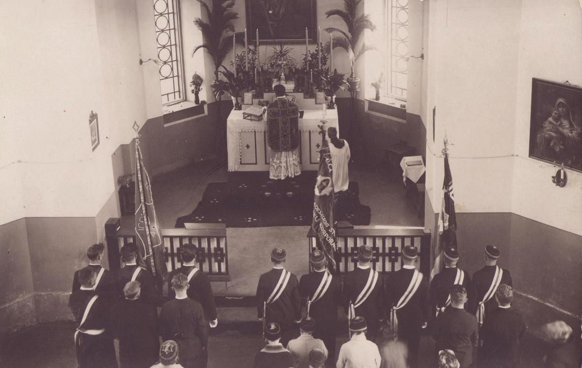 Studentų korporacijos šventė Akademijos bažnyčioje. Prie altoriaus – kunigas Fabijonas Kemėšis.