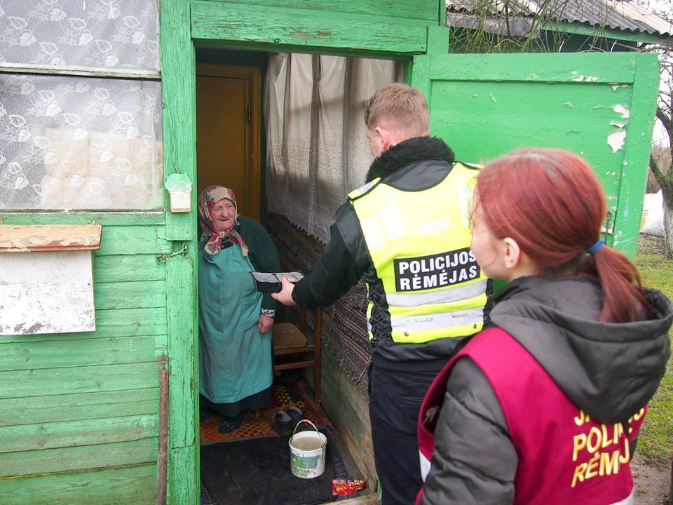Policijos rėmėjai sakė, kad toks vienišų senolių lankymas yra puiki bendravimo su bendruomenėmis forma. Vienišiems senukams labai svarbus paprastas, natūralus ir šiltas žmogaus bendravimas. / Organizatorių nuotr.