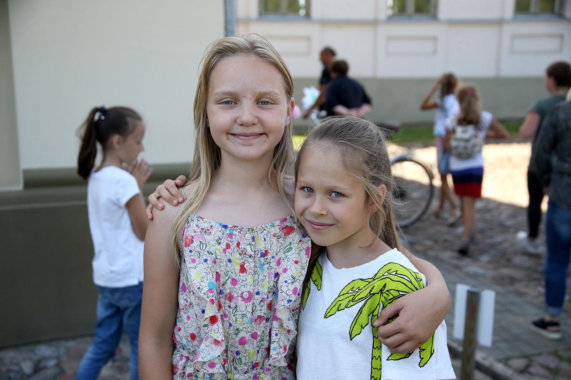 Stovyklos metu besilankydama senamiestyje devynmetė Kamilė (kairėje) nupiešė bažnyčią, ant kurios buvo katinas. O Kėdainių dailės mokykloje besimokanti vienuolikmetė Aleksandra (dešinėje) į panašaus pobūdžio stovyklą ketina sugrįžti ir kitais metais. / Algimanto Barzdžiaus nuotr.