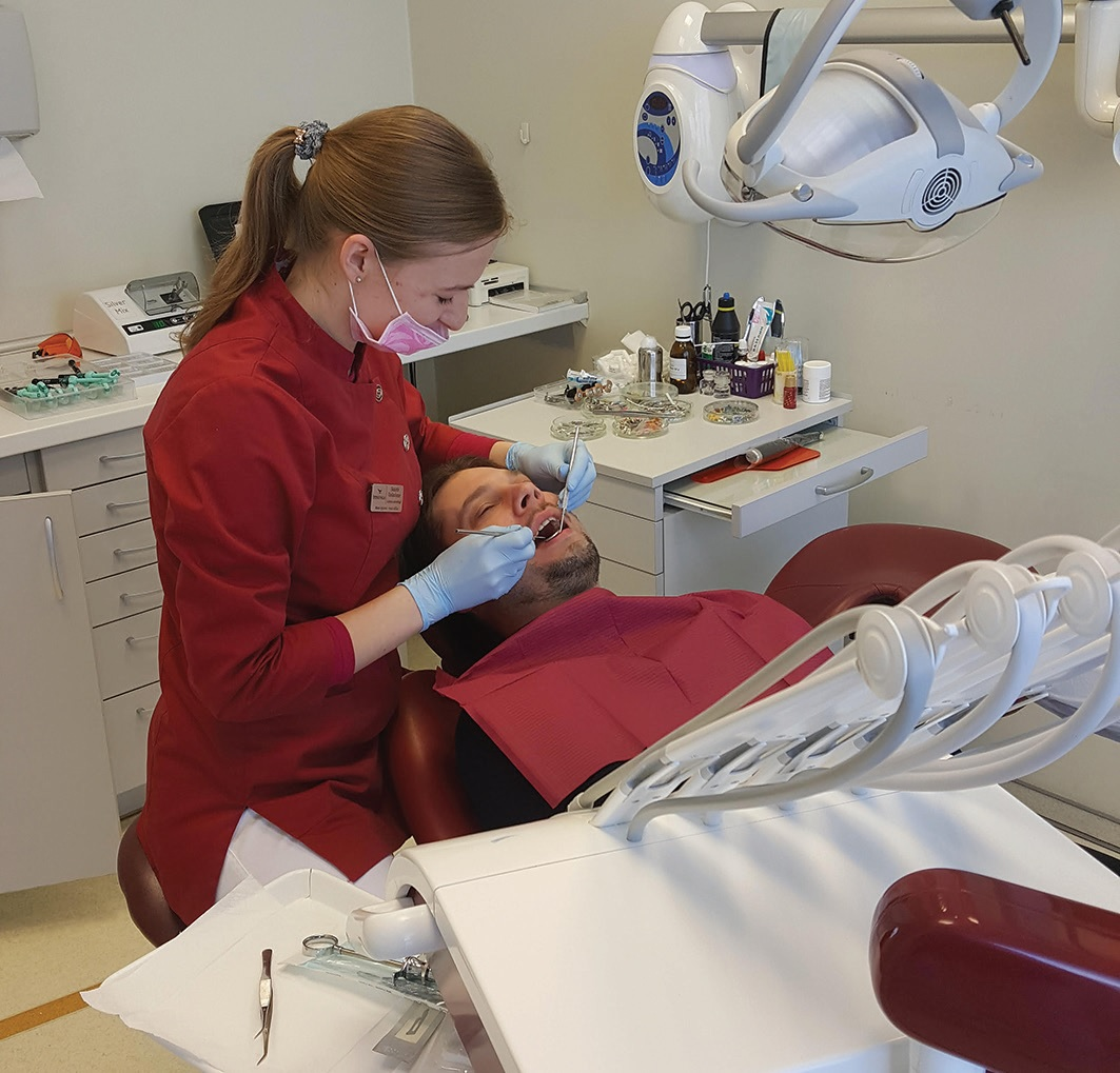 Odontologė Skaistė Vaškelienė atkreipia dėmesį – parodontozė, anksčiau laikyta vyresnio amžiaus žmonių liga, sparčiai jaunėja. Ji turi tiesioginės įtakos ir kitoms ligoms, todėl rūpintis dantų higiena – kaip niekada svarbu. Asmeninio archyvo nuotr.