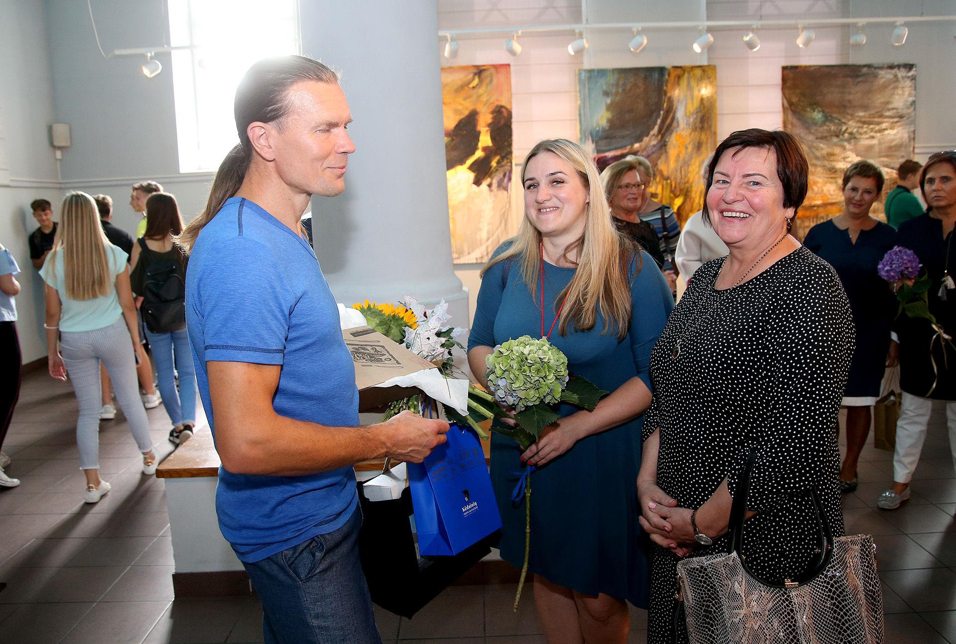 Menininką sveikino Janinos Monkutės-Marks muziejaus-galerijos direktorė Dalia Minkevičienė-Jazdauskienė (dešinėje) ir minėtos galerijos kuratorė Asta Fedaravičiūtė-Jasiūnė. A. Barzdžiaus nuotr.