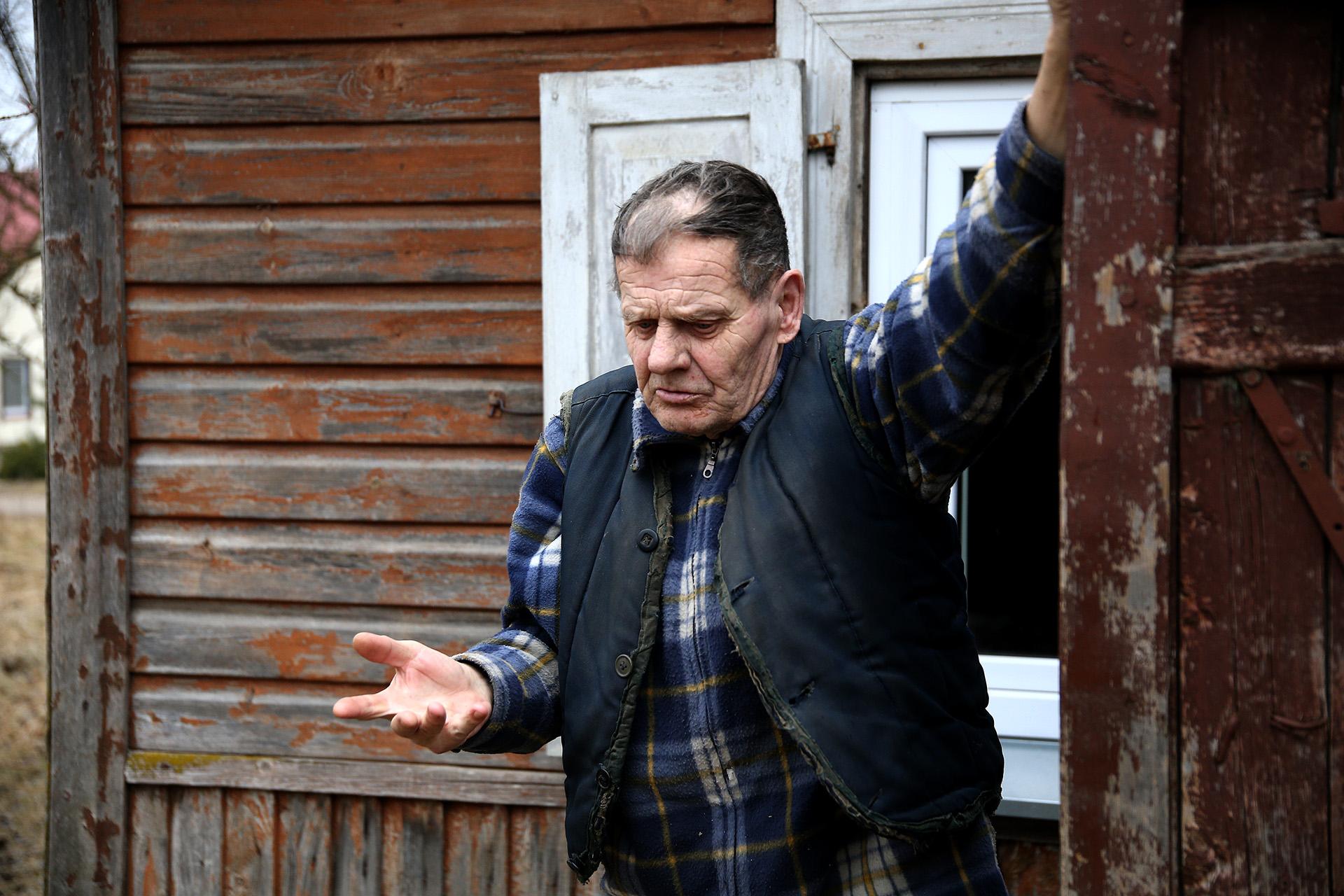 Užeiname į kukliai kaimiškai sutvarkytą pirkią. Ten mus pasitinka vienintelis šios trobos gyventojas Juozas. Vyras pamena senus laikus, kai buvo jaunas, laikė gyvulius. A. Barzdžiaus nuotr.