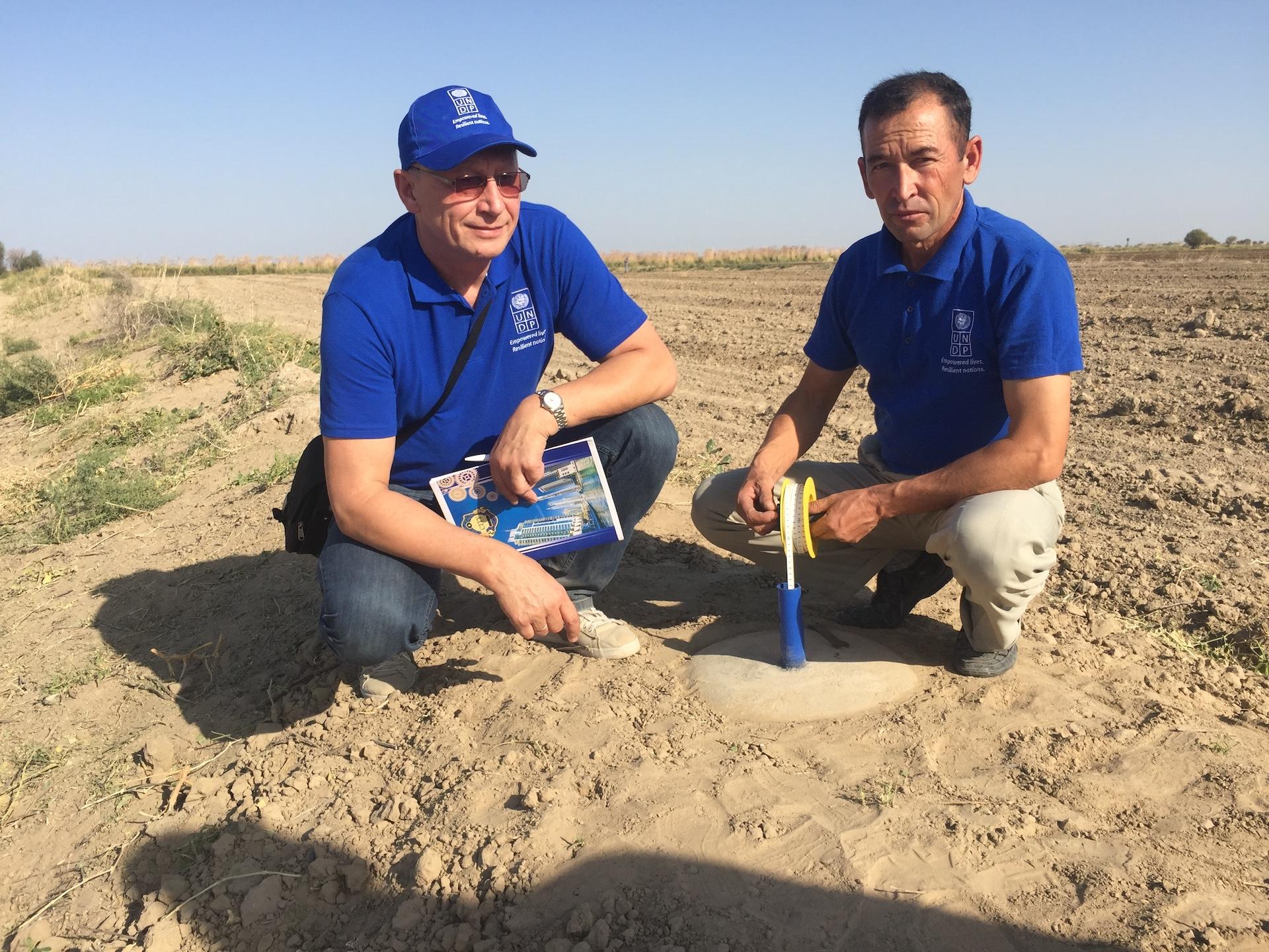 Turkmėnistane A. Maziliauskas kolegoms talkino projektuojant lietaus vandens kaupimo mechanizmus ir talpyklas. Asmeninio archyvo nuotr.