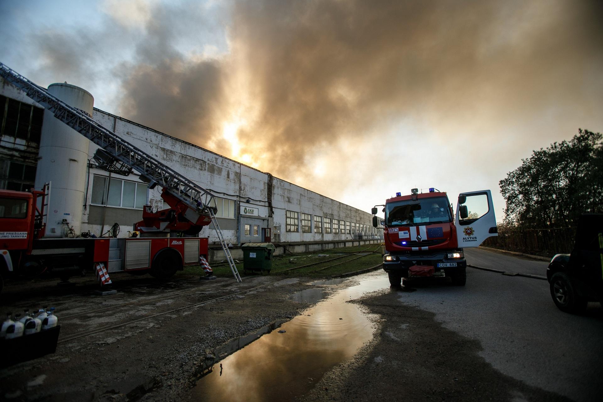 Nors savaitgalį mūsų krašte buvo fiksuojamas vidutinis oro užterštumo lygis, specialistai ramina – su gaisru Alytuje jis neturi nieko bendro. / Eriko Ovčarenko, BNS nuotr.