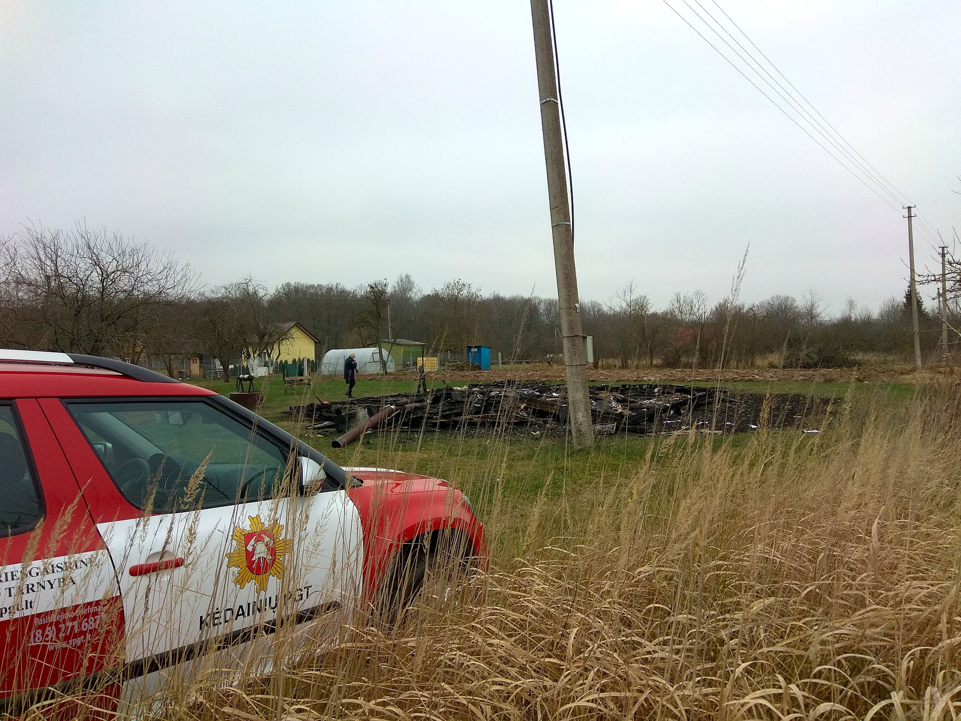 Pirmasis ugniagesių automobilis nelaimės vietoje pasirodė lygiai po dešimties minučių nuo pagalbos prašymo. / D. Kuprijanovo nuotr.
