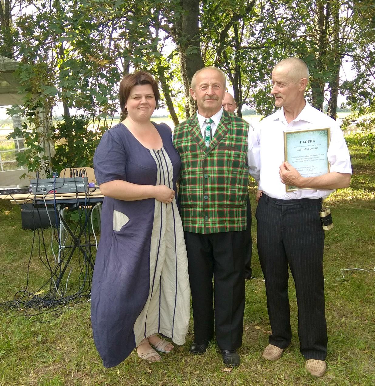 Sirutiškiečiai Kristina Kulbienė, Henrikas Docius ir Kęstutis Volkus prisideda rengiant visas kaimo šventes./ Dimitrijaus Kuprijanovo nuotr.