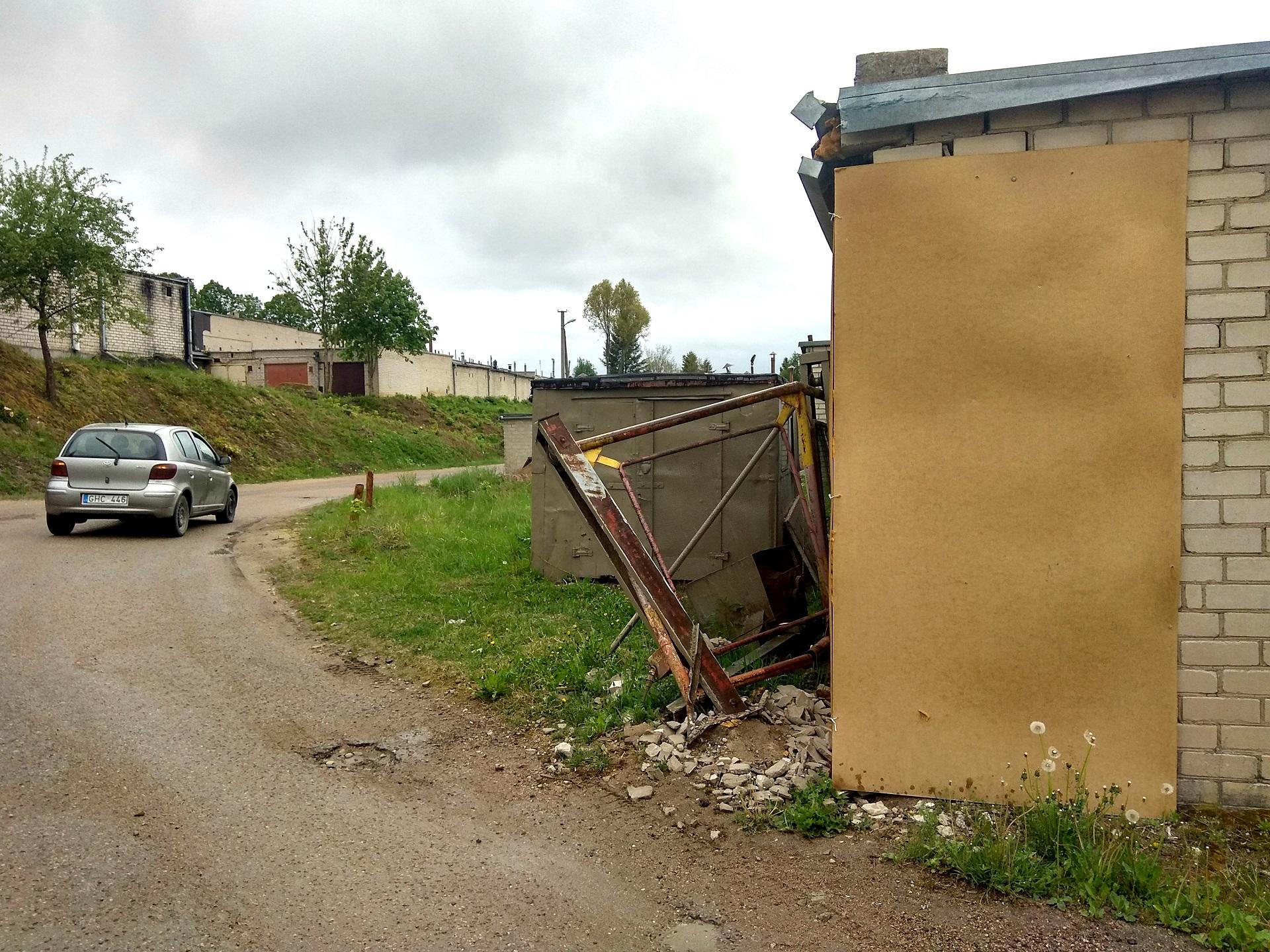 Problema dar paaštrėjo, kai sunkiasvorė technika sulaužė garažų bendrijos vartus. D. Kuprijanovo nuotr.