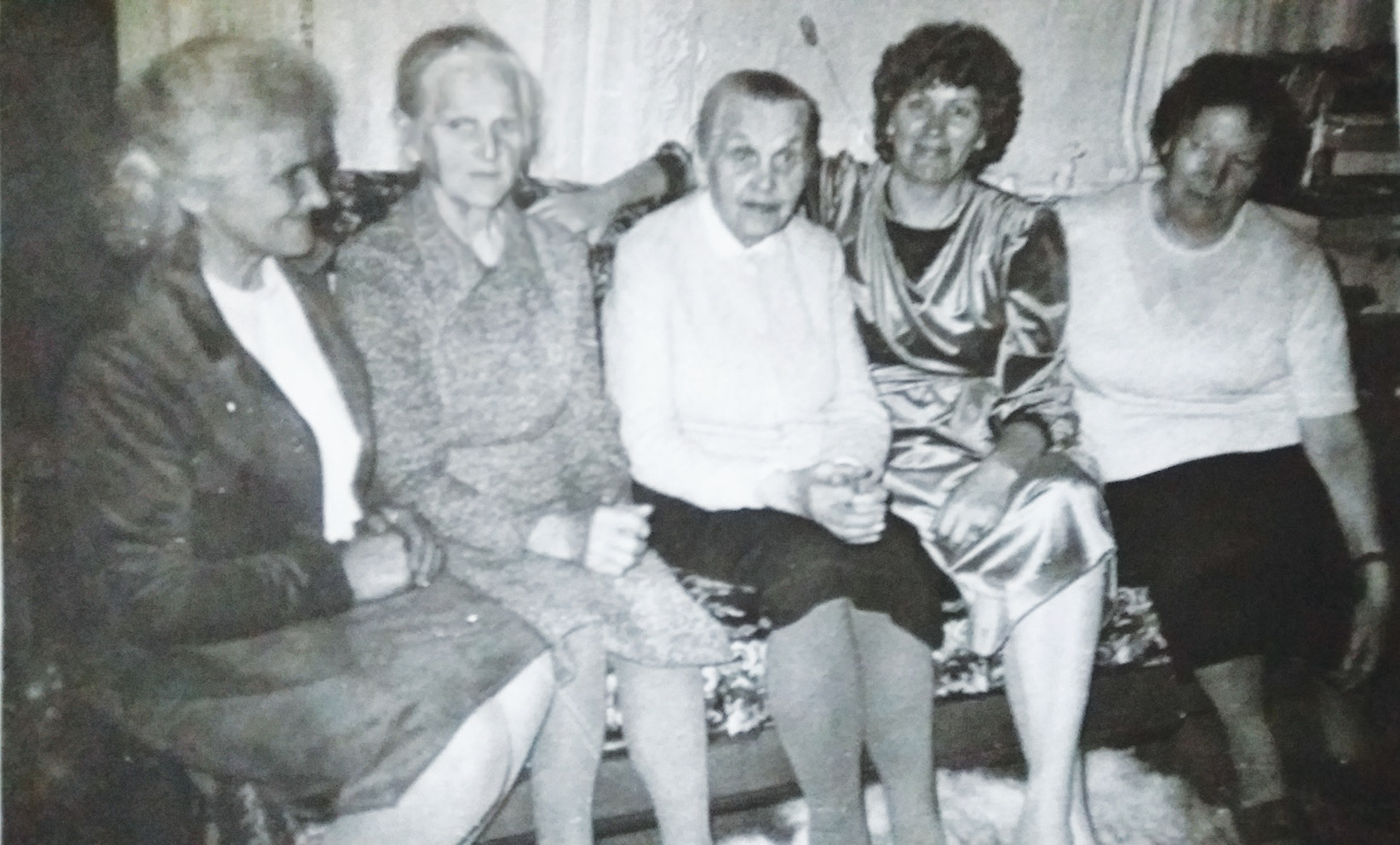 Gydytoja Teklė Bružaitė seserų ir dukterėčių apsuptyje. / Asmeninio archyvo nuotr.