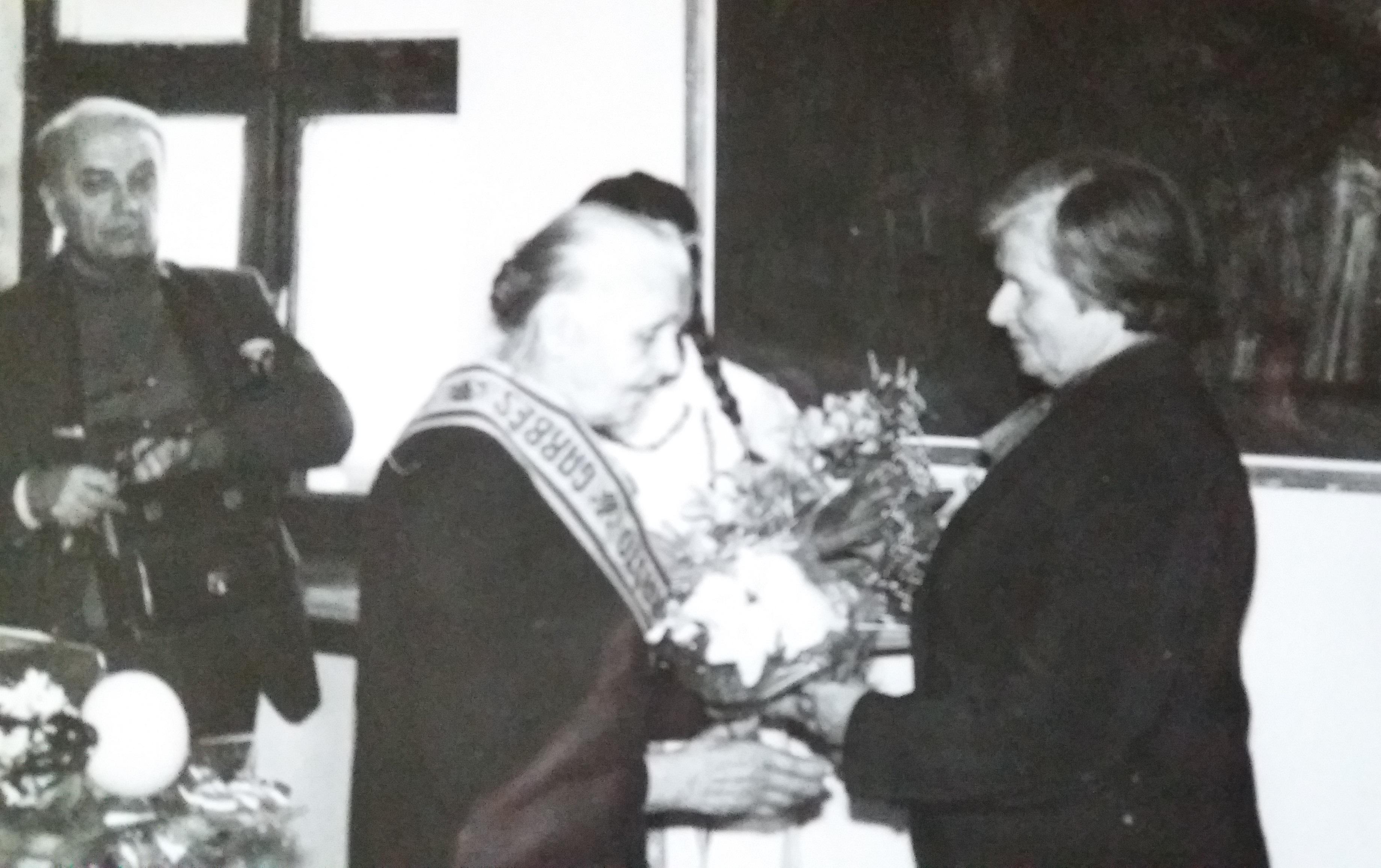 V. Daugvilienė viena pirmųjų atskubėjo pasveikinti Teklės Bružaitės, kai jai buvo įteiktas vienas iš daugybės apdovanojimų. / Asmeninio archyvo nuotr.
