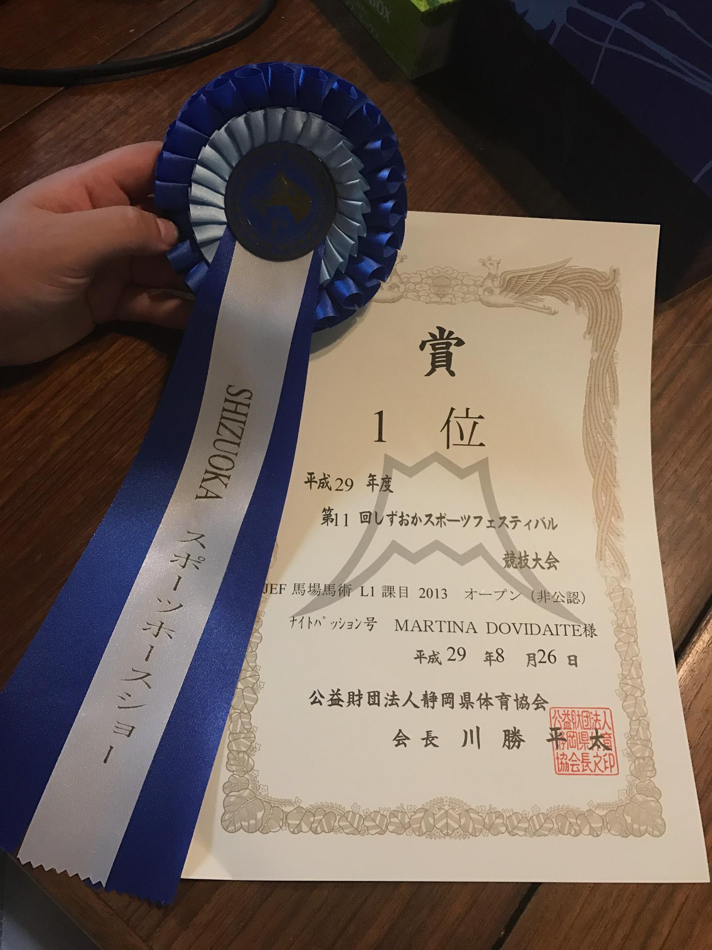 Martyna džiaugiasi paskutiniuoju savo laimėjimu – pirmąja vieta dailaus jojimo varžybose Japonijoje.  / Asmeninio archyvo nuotr.