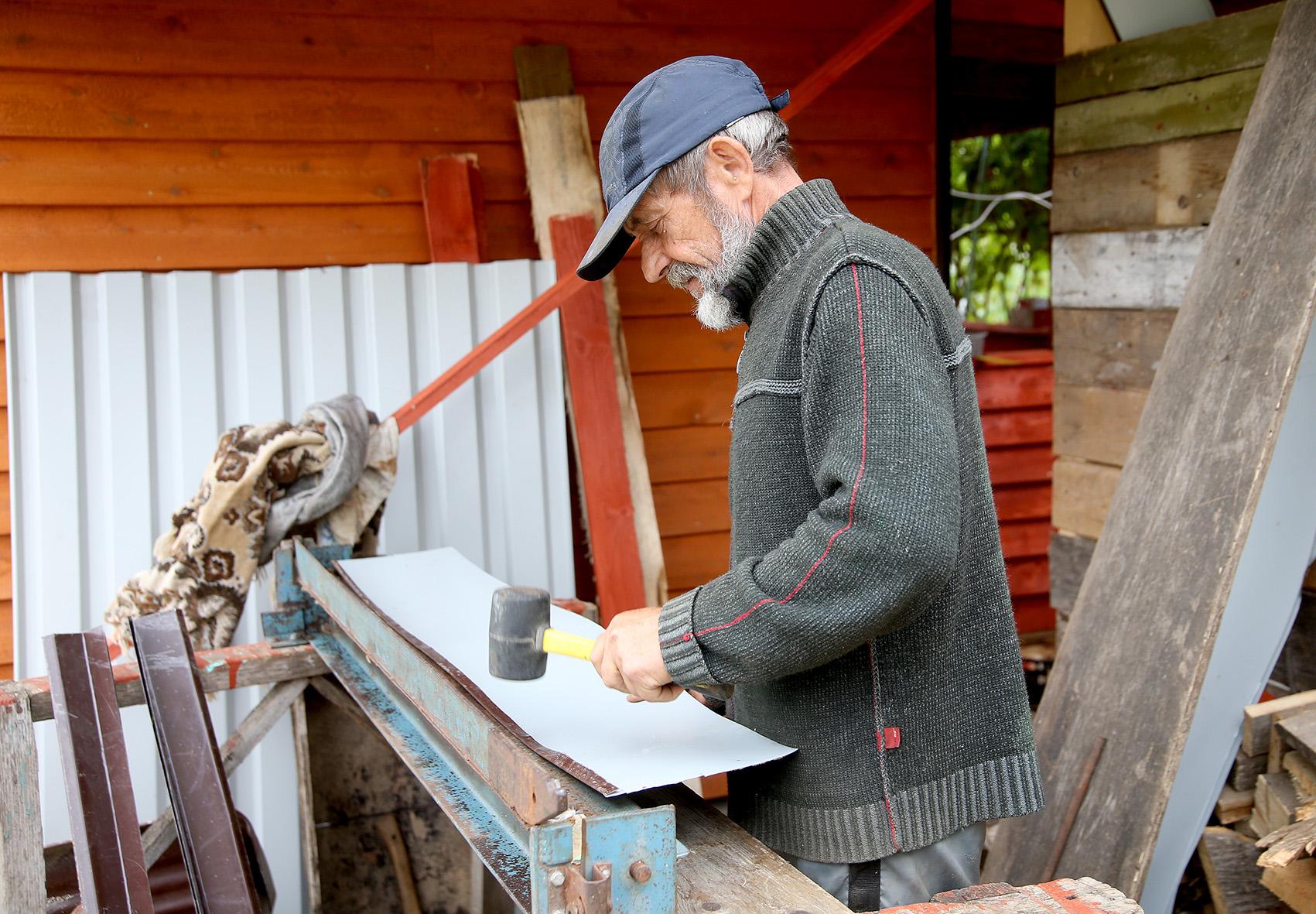 Michailas soduose gyvena vasarą. Vyras šiuo metu stato ūkinį pastatą ir pirtį. Viską daro savo jėgomis, neskubėdamas. A. Barzdžiaus nuotr.