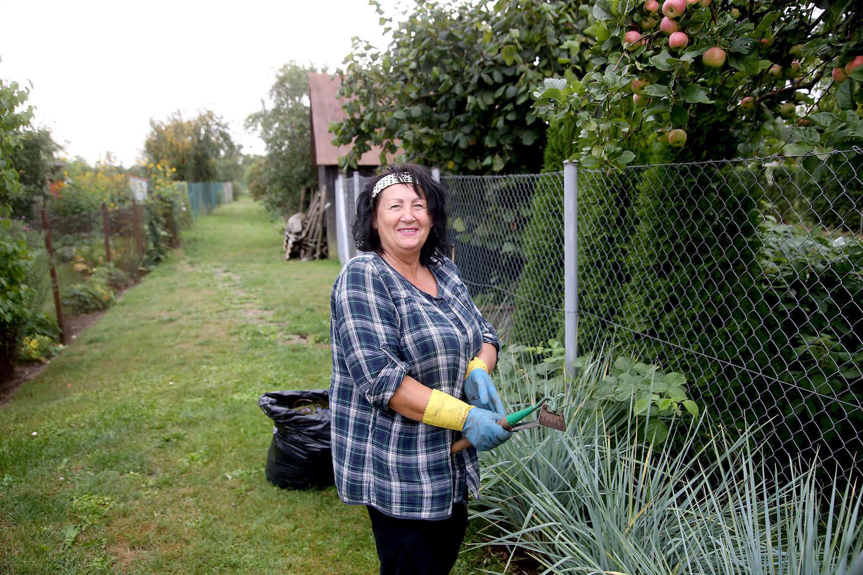 Apžiūrėdama darže besipuikuojančias daržoves su šypsena veide Justinavos sodų aktualijas mums dėsto ponia Valė. A. Barzdžiaus nuotr.
