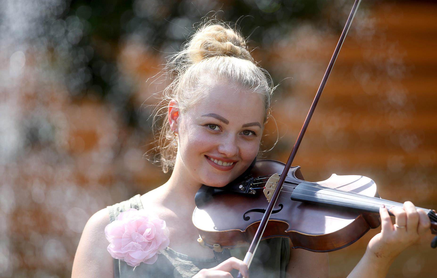 Aistė kapelos smuikininke ir lakštingala tapo būdama 16-kos. Algimanto Barzdžiaus nuotr.