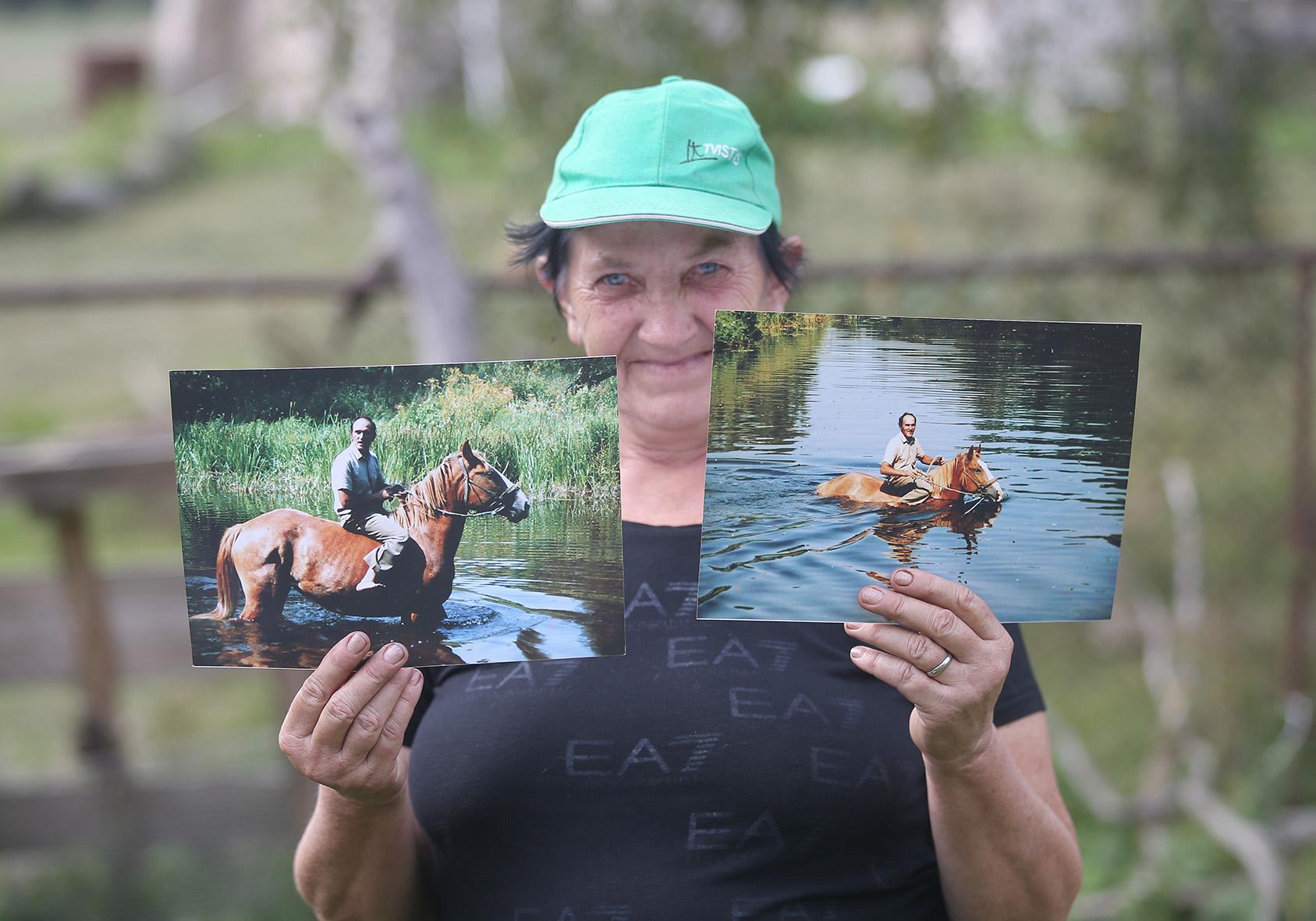 Zenono draugė Loreta sodyboje jam padeda tvarkytis, rūpinasi gyvuliais ir aplinkos priežiūra. A. Barzdžiaus nuotr.
