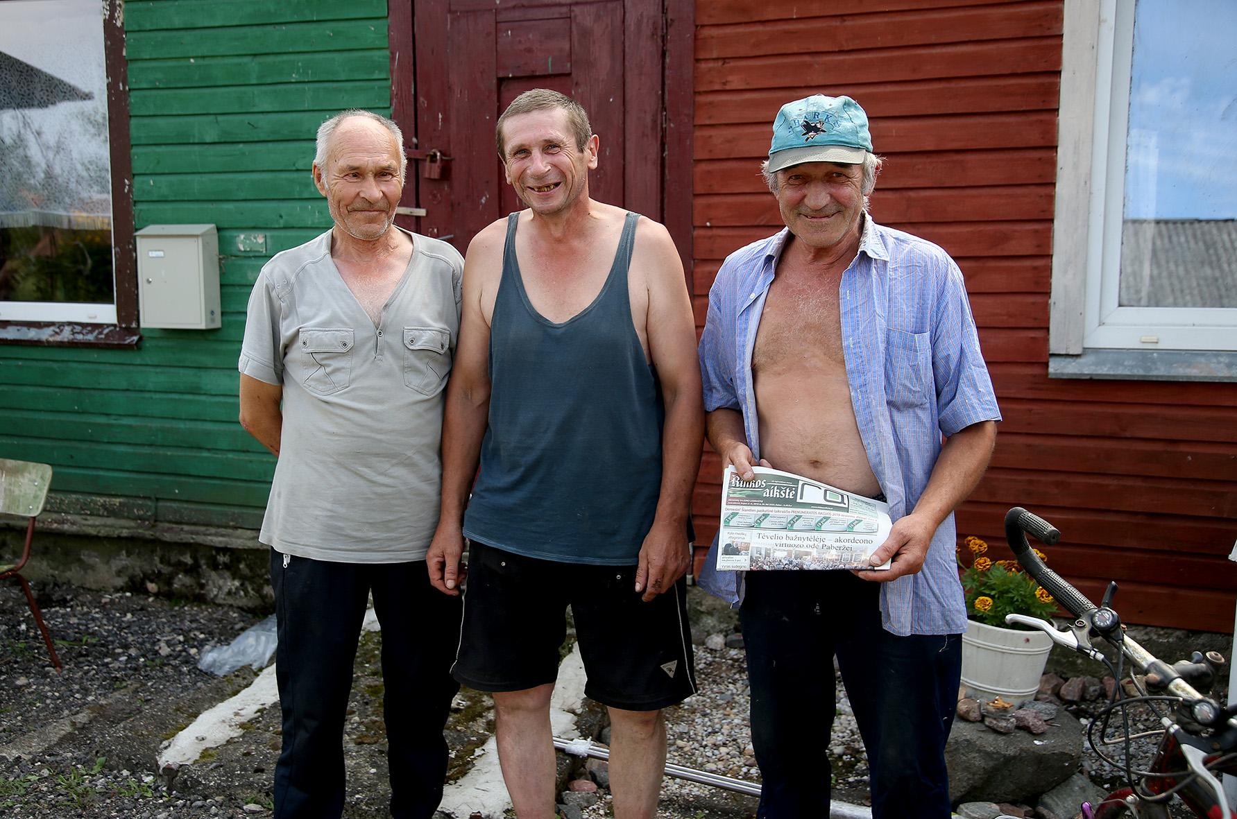 """Juozas (iš kairės), Raimundas ir Vilius – tikri """"Rinkos aikštės"""" laikraščio gerbėjai. A. Barzdžiaus nuotr."""