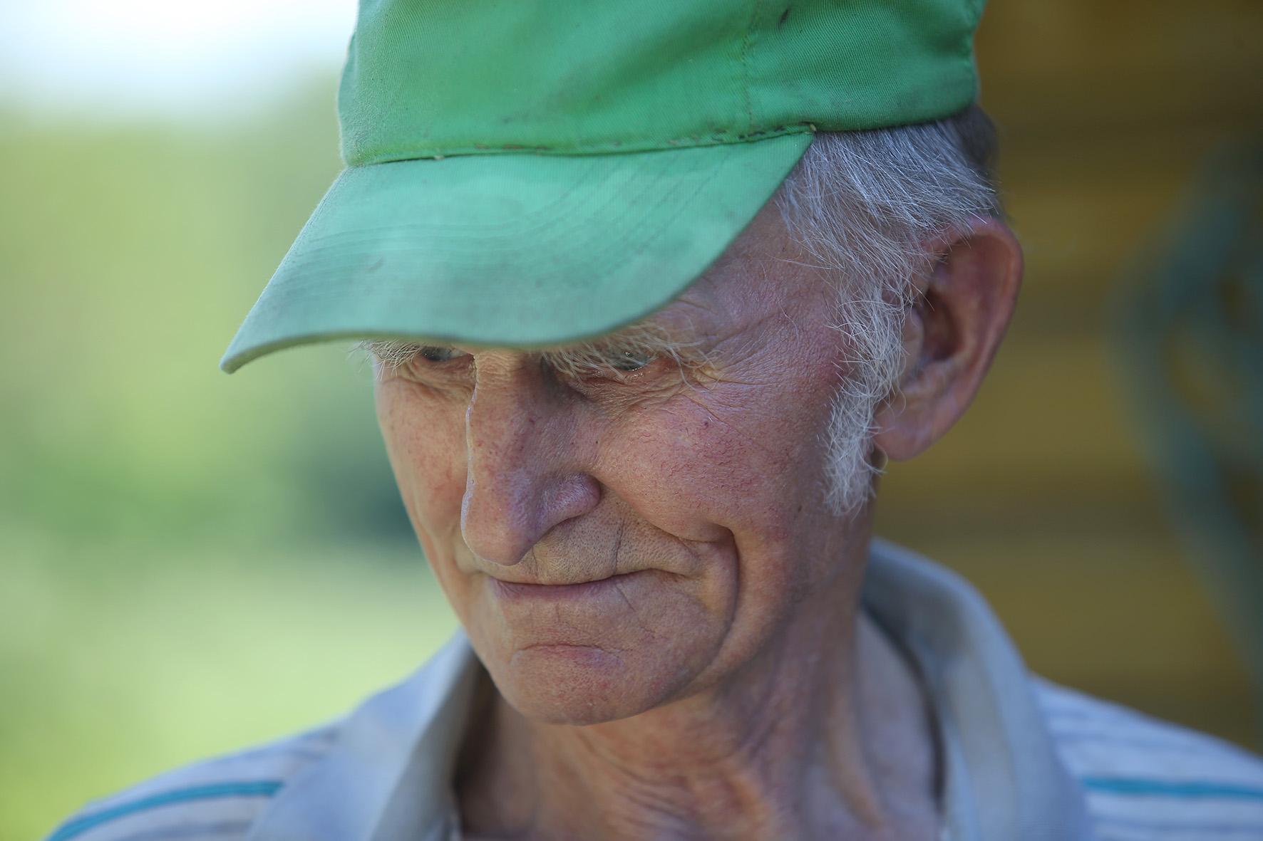 Aštuntą dešimtmetį perkopęs Kazimieras darbuojasi kieme. Ryte reikia šunis pašerti, viščiukus ir višteles palesinti. Nedidelį ūkelį apeiti. A. Barzdžiaus nuotr.