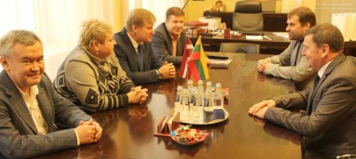 Meras Valentinas Tamulis (dešinėje) buvo pakviestas į Rygos dūmą. Mero pavaduotoja Anna Vladova ir valdančiosios frakcijos pirmininkas Maksimas Tolstojus priėmimo metu trumpai pristatė latvių ir lietuvių bendradarbiavimą ir kalbėjosi dėl naujų formų. Baltijos šalių ir Kazachstano verslo plėtros asociacijos vadovas Rostislavas Li labai domisi Kėdainių miesto galimybėmis Kazachstano verslui.