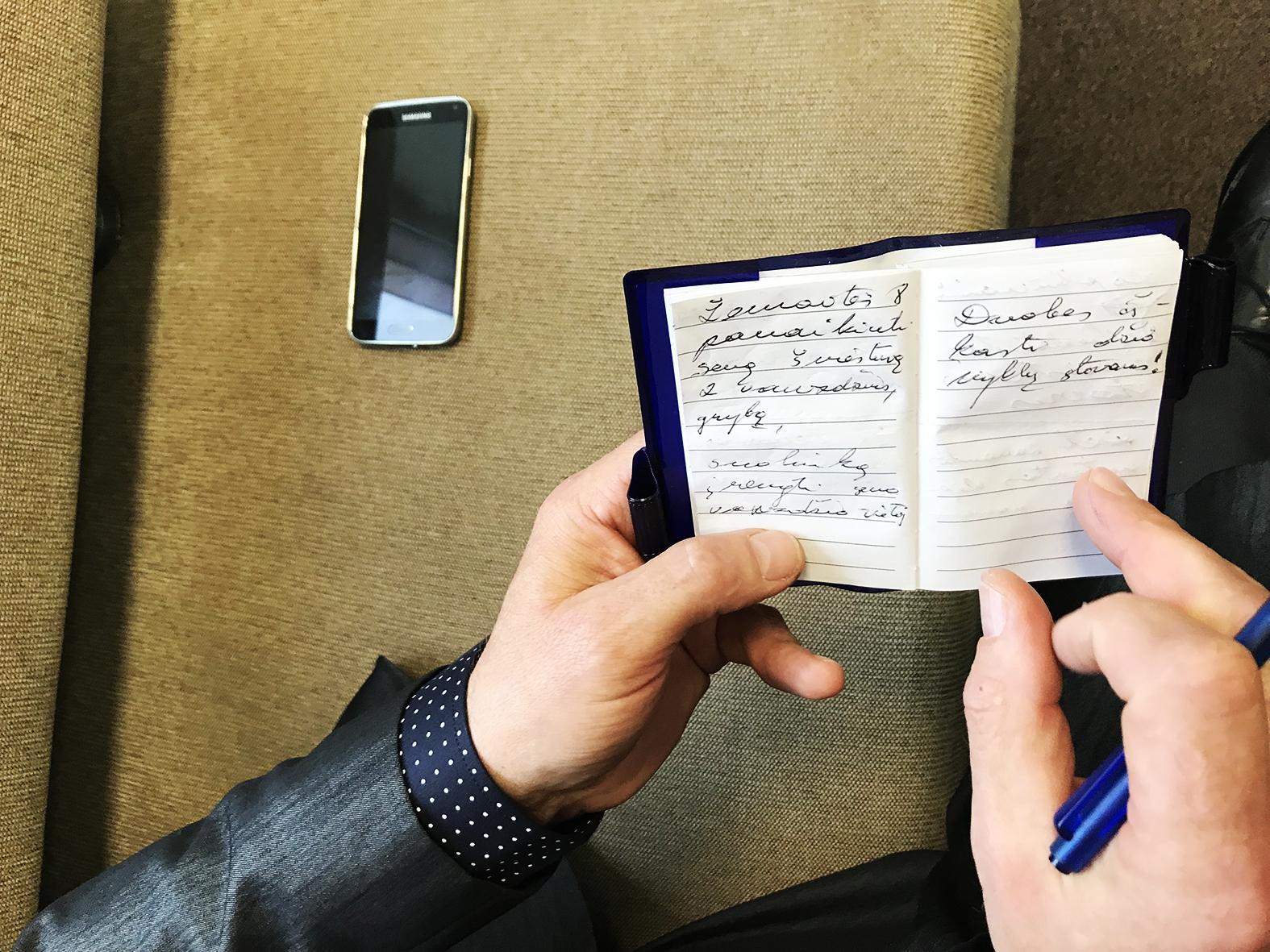 Valentinas Tamulis visuomet kišenėje nešiojasi mažą užrašų knygutę, kad net ir gatvėje ar parduotuvėje kėdainiečių užkalbintas, galėtų užsirašyti visas jų vardijamas problemas, kurias turi išspręsti seniūnija.