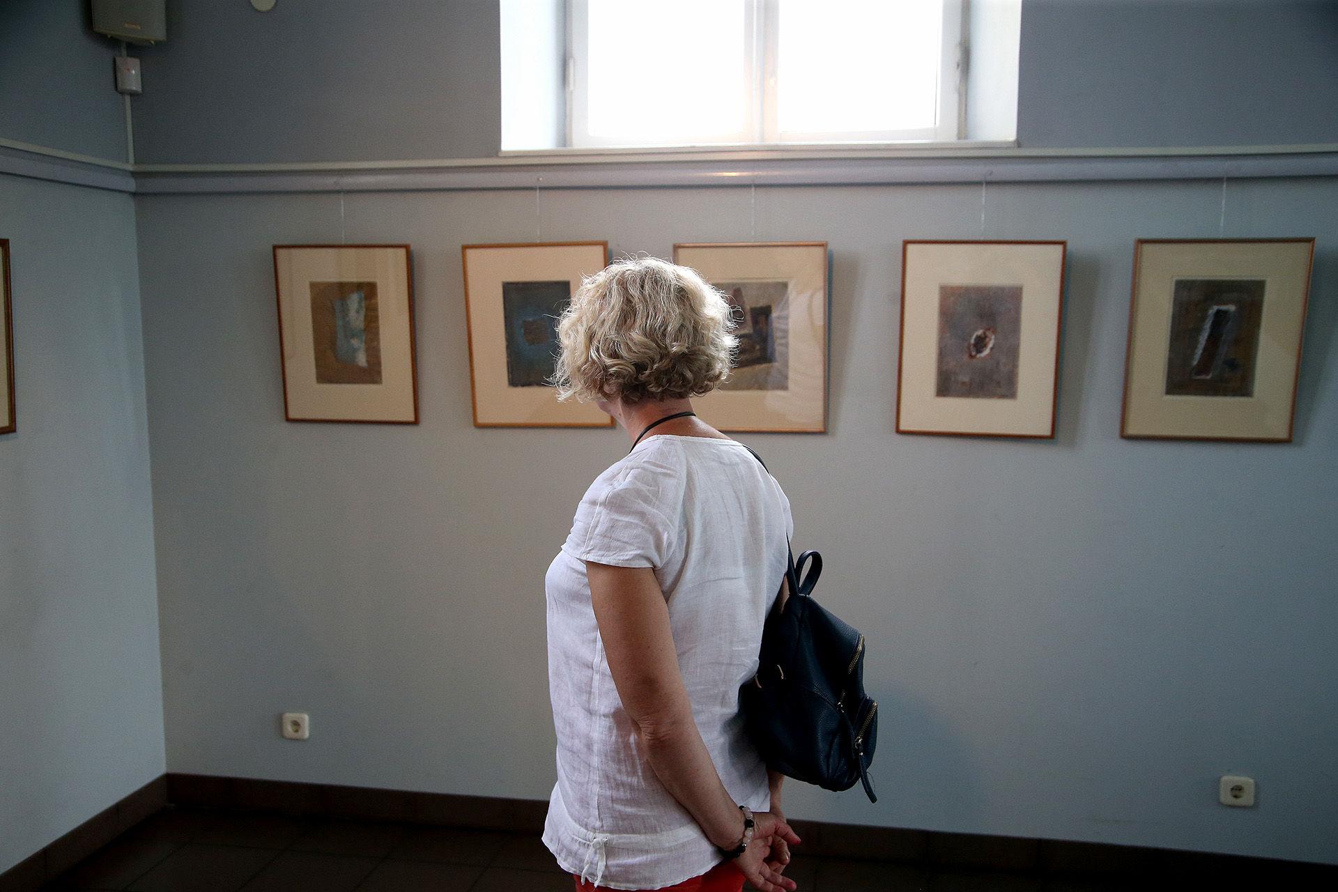 Menininkės koliažai – ne kas kita, kaip autorės susikaupusių minčių, užfiksuotų idėjų ir jos kelyje pasitaikiusių radinių samplaika popieriuje. / Algimanto Barzdžiaus nuotr.